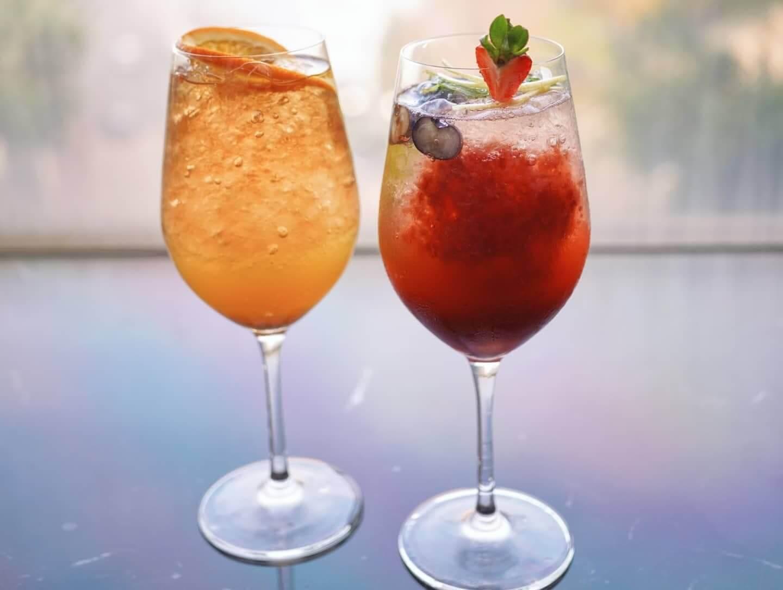 兩款冰凍特飲分別是Chamomile Garden(左)及Strawberry Fever(右)。