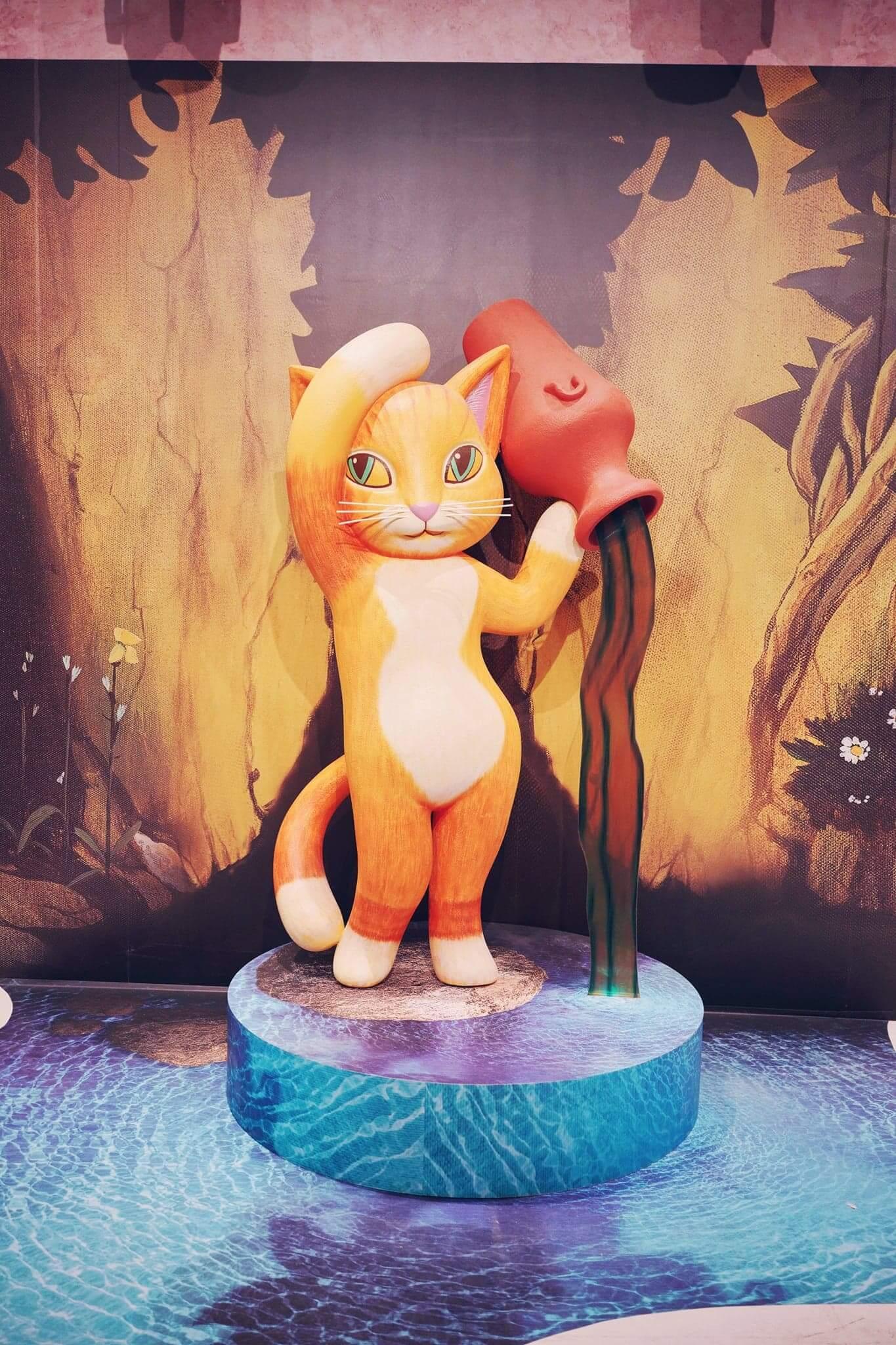 站在《貓之泉》旁,少女貓彷彿會把泉水潑到自己!