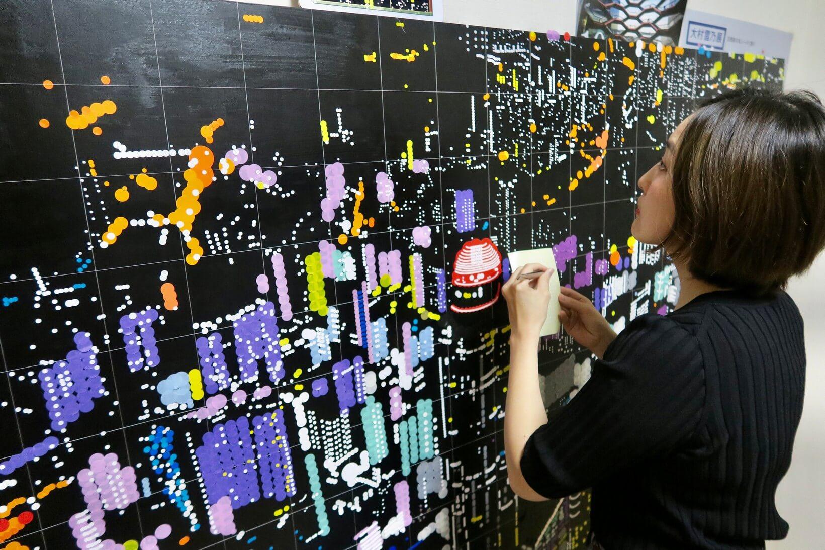 大村雪乃個人檔案日本藝術家大村雪乃,自大學起已開始以文具圓形貼紙製作城市夜景作品。