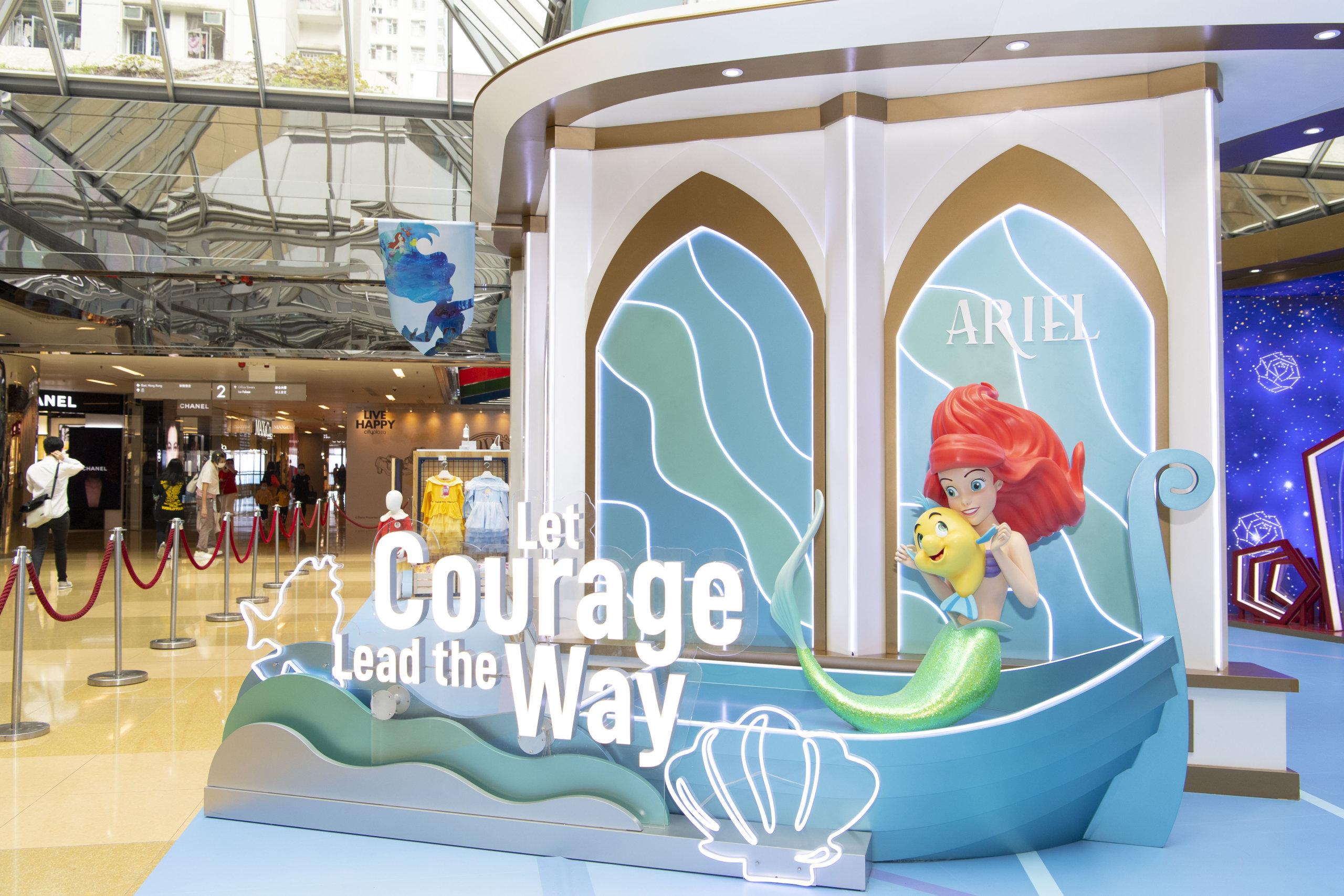 小魚仙艾莉奧與她最好的魚兒朋友小胖正在歡迎大家,她們的身旁寫上「Let Courage Lead The Way」 ,鼓勵大家潛入深海探索「勇闖神秘國度」,讓大家盡情拍出唯美照!