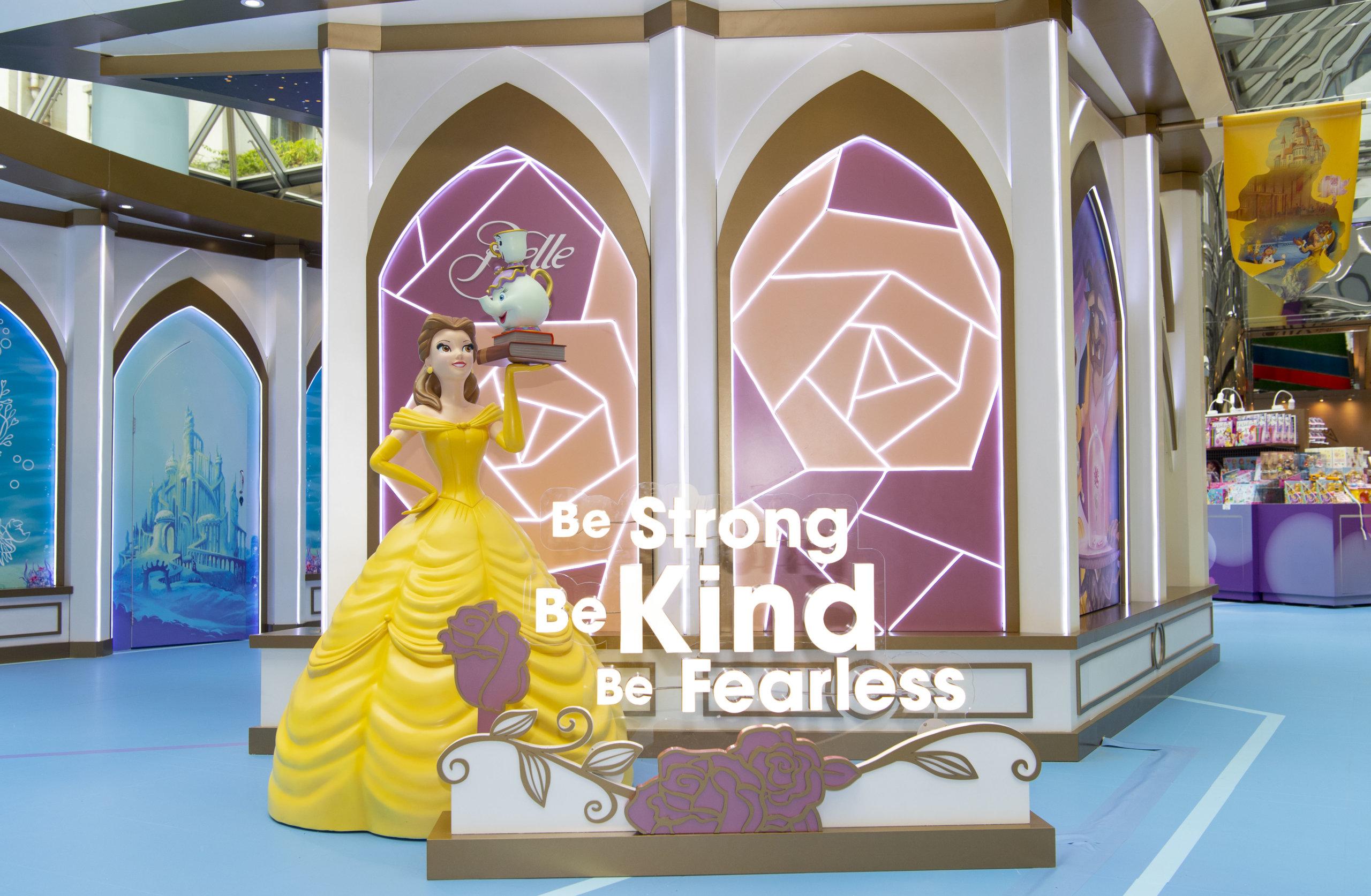 愛讀書的貝兒公主手上拿著兩本讀物,茶煲太太和兒子阿齊亦佻皮地站在讀物之上,身旁寫上「Be Strong, Be Kind, Be Fearless」正正反映貝兒公主堅毅、善良又無畏無懼的特質。