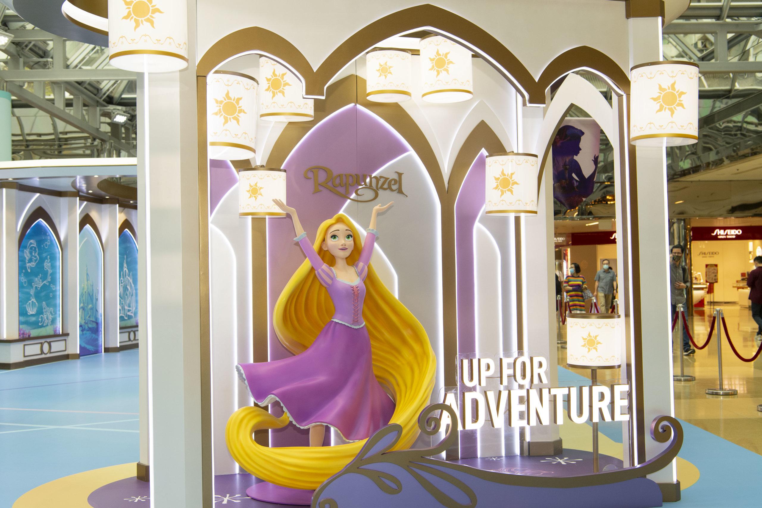 長髮公主樂佩生日時總會看見天上出現很多天燈,樂佩公主就站在載有「Up For Adventure」的小船後,伴大家一起快樂地展開「魔髮天燈冒險」。