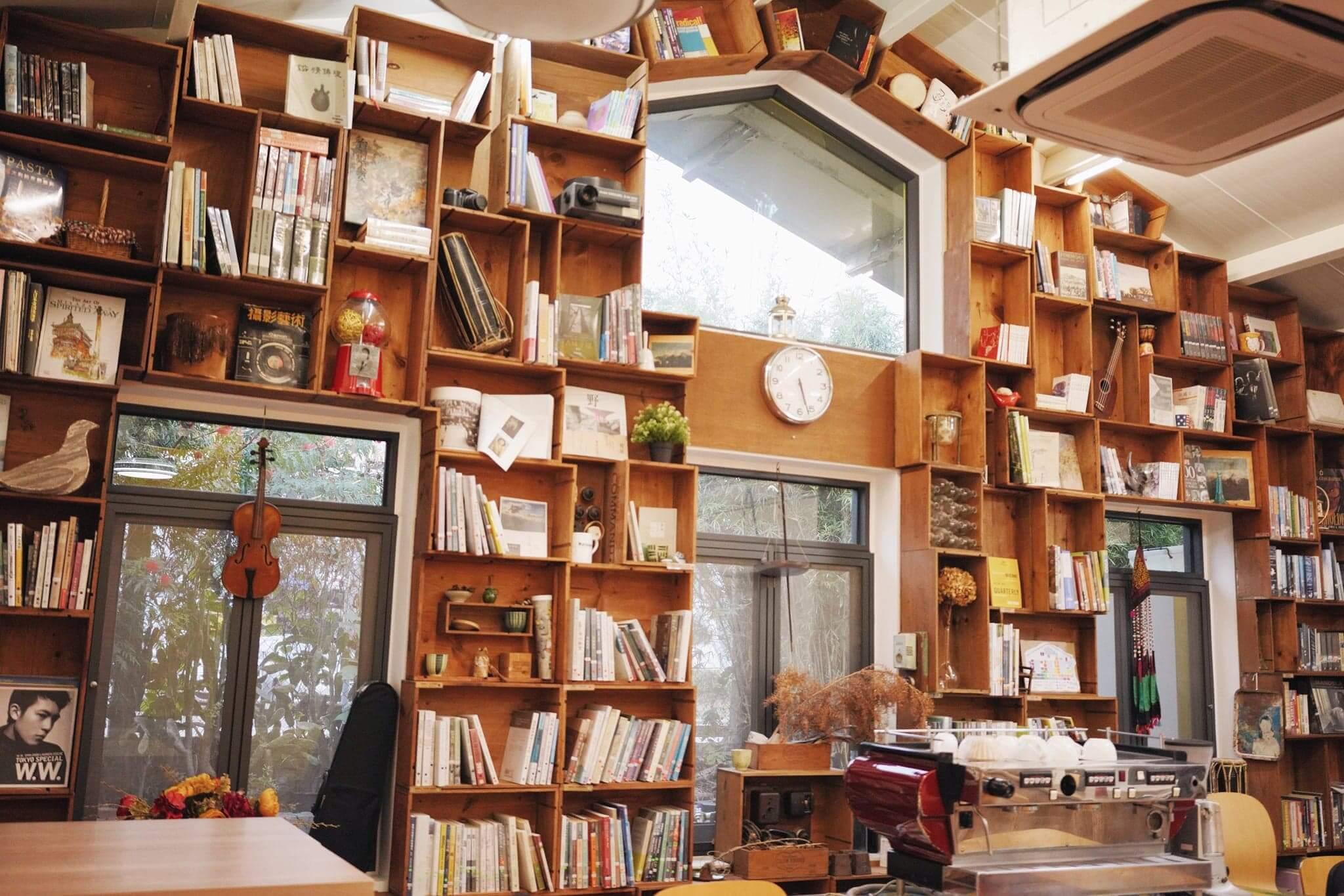 以舊紅酒箱打造的圖書櫃牆,古撲中帶有童話氣息!