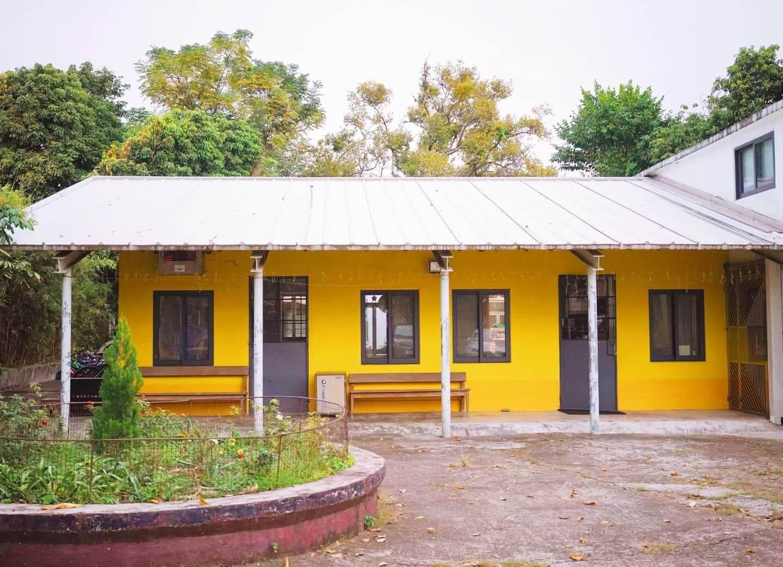 圖書館小屋外圍,則塗上黃色油漆,與懷舊的牆戶及木門形成鮮明對比!