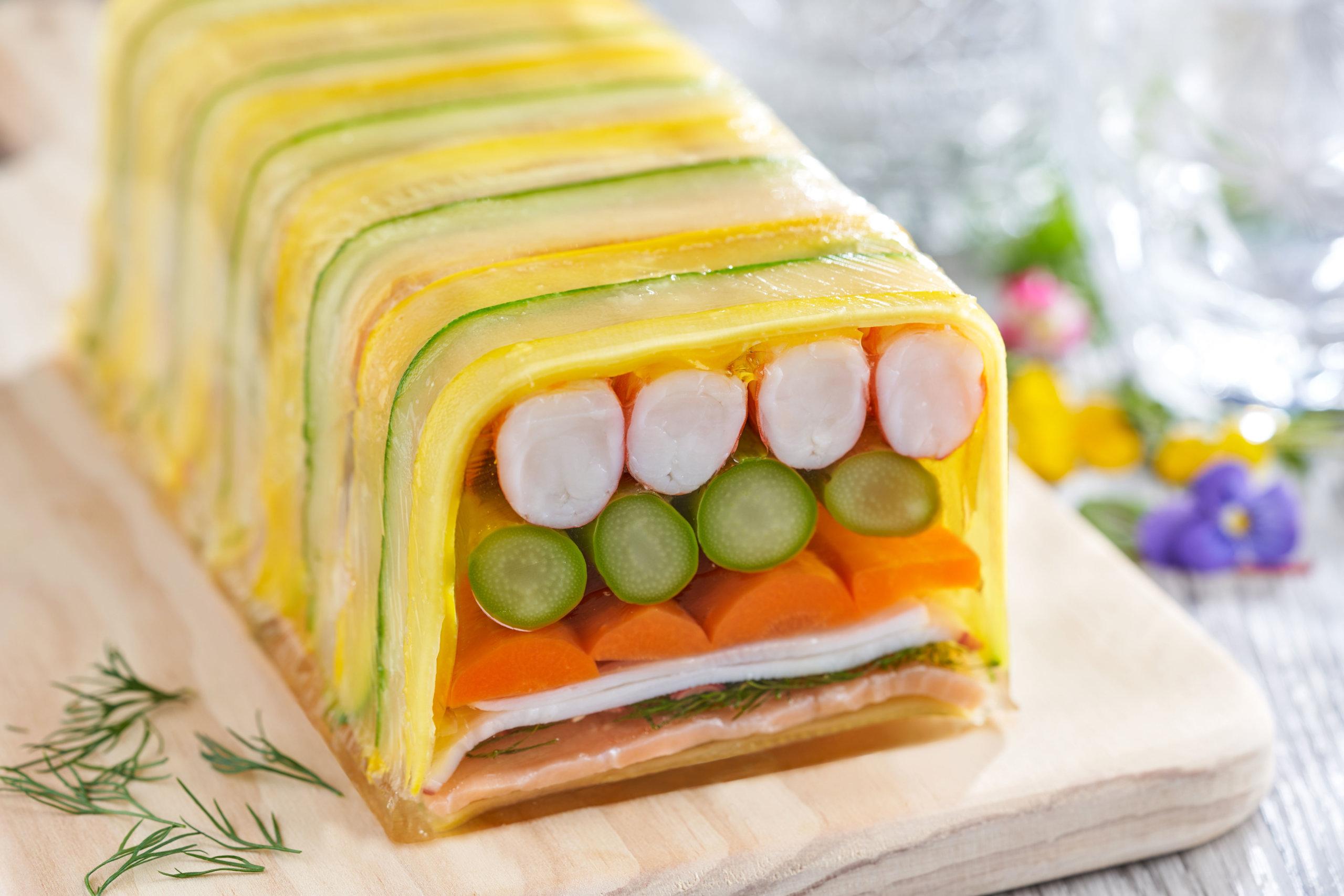 前菜海鮮批有由蝦肉、八爪魚肉、煙三文魚及多種蔬果疊成,非常醒胃。