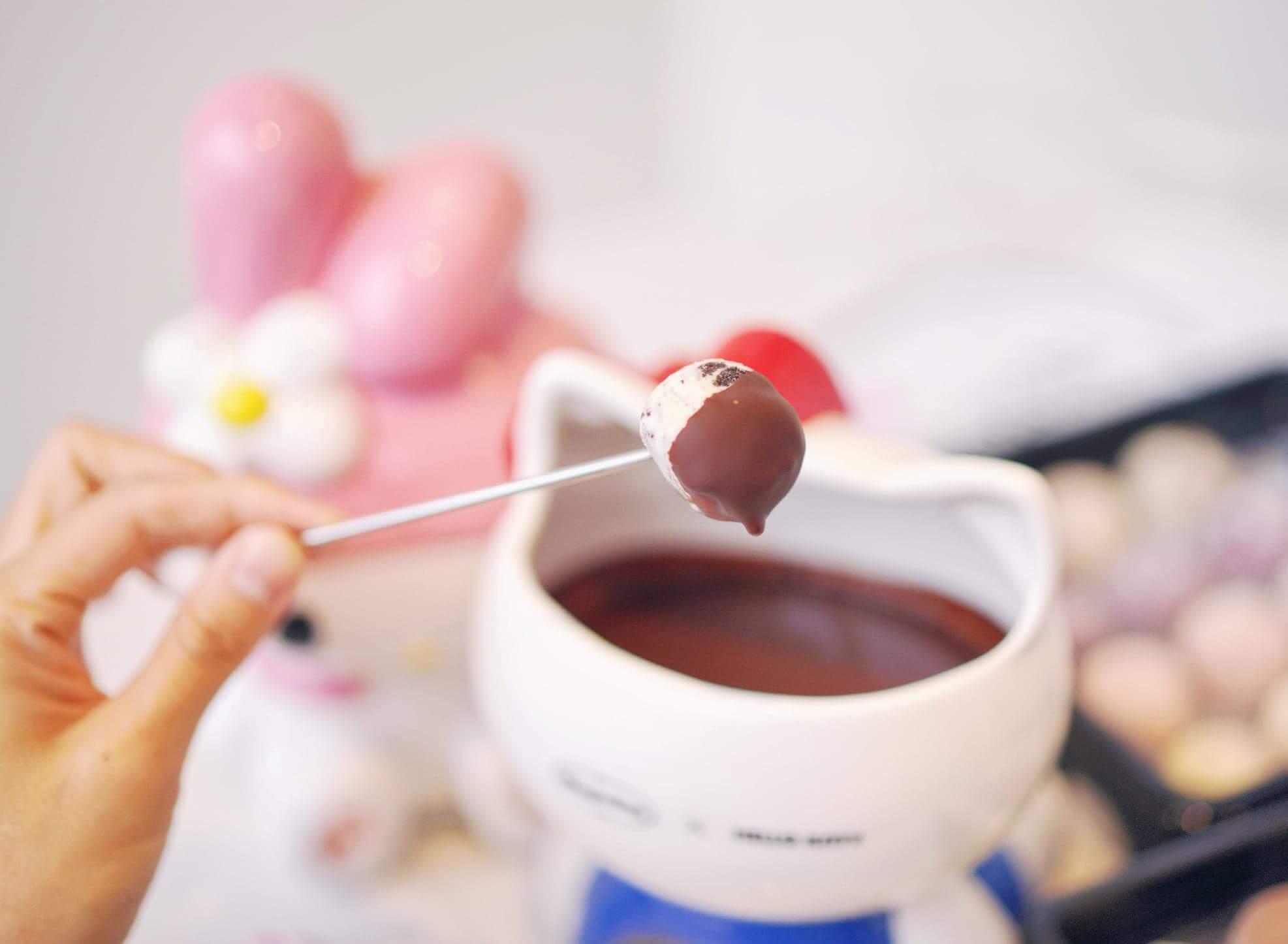 當雪糕點上朱古力,立即形成朱古力殼,吃上口外脆內香,非常治癒。