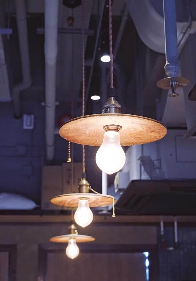 工業風吊燈,感覺好粗獷。