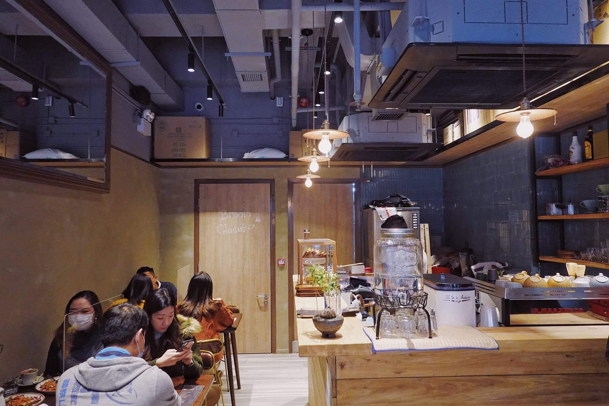 餐廳裝修洋溢英倫工業氣息。