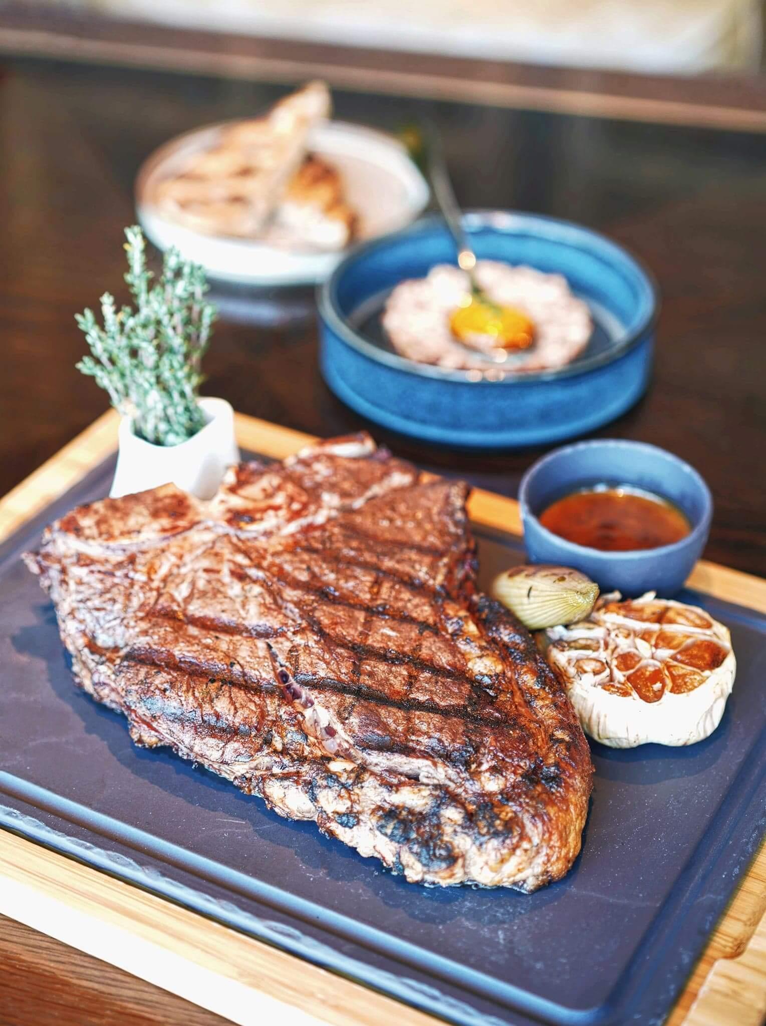 餐廳嘅牛扒經過30日乾性熟成,份外嫩口香濃。