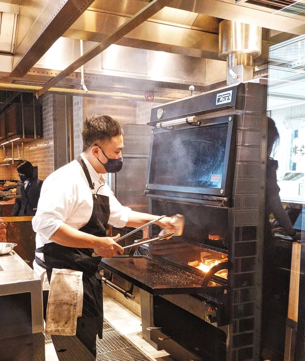 西班牙炭火燒烤,令肉自帶煙燻味,用嚟烤肉嘅木材都好講究,會令肉呈現唔同風味。
