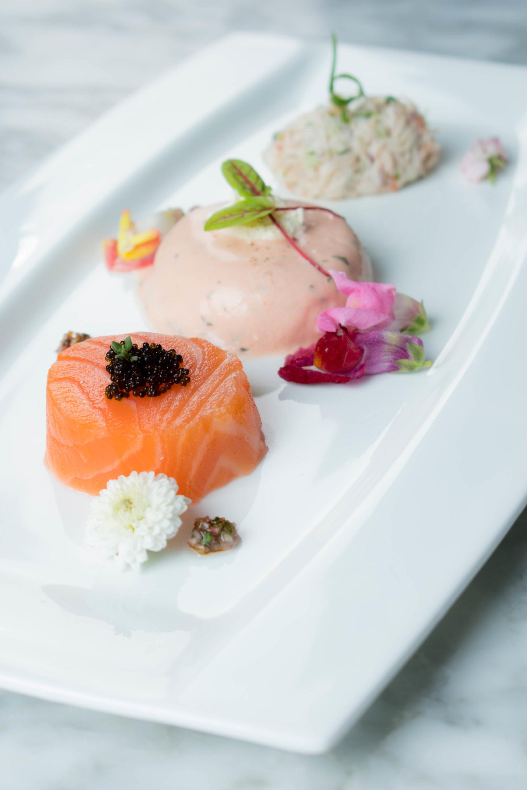 「海陸之戀」採用肥美的挪威鮭魚片,伴以清爽綿密的蕃茄羅勒慕斯,以及鮮味濃郁的阿拉斯加蟹肉,造就了一場鮮甜的味覺配搭。