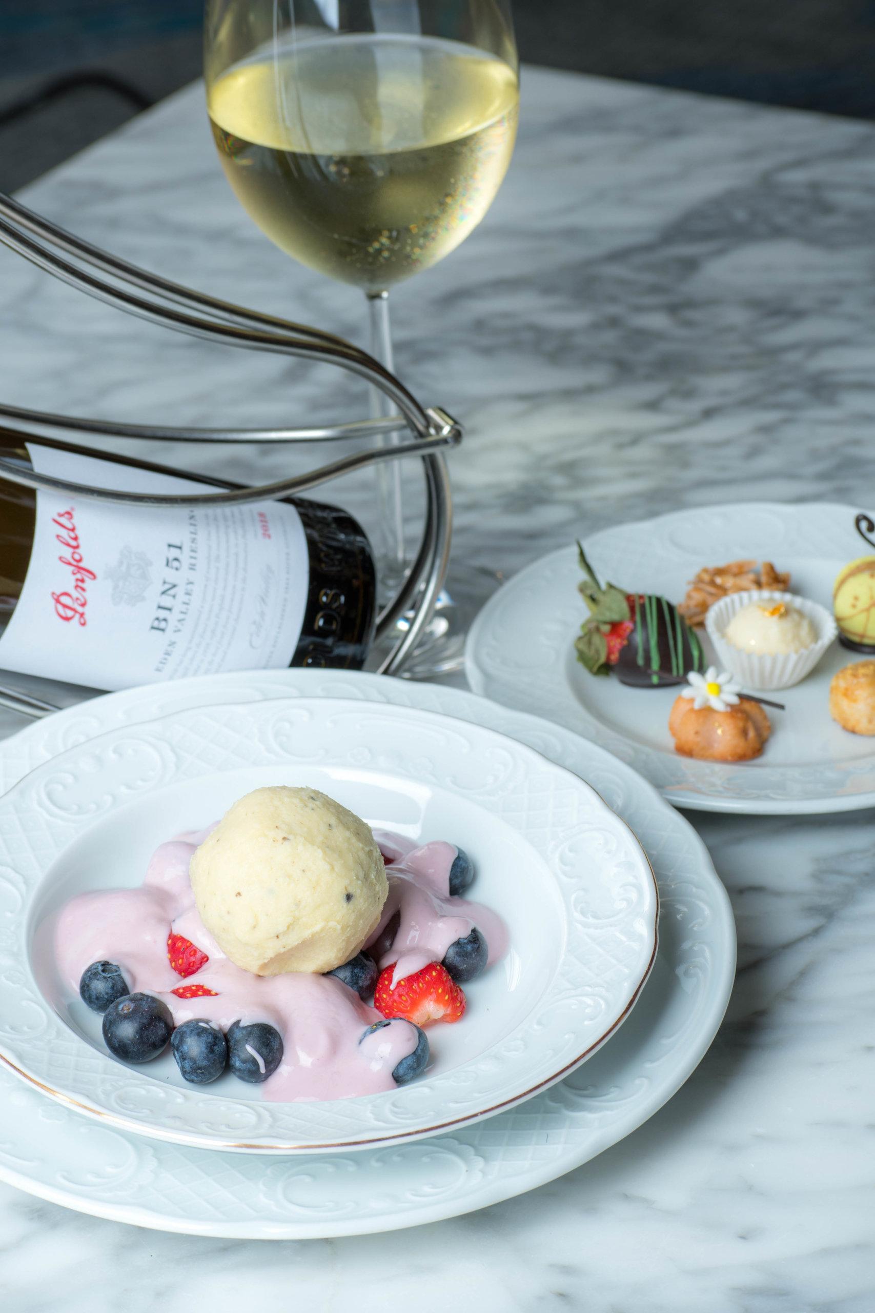 「義國甜蜜回憶」甜美的莓果滿載著意大利托斯卡納陽光的滋味,加上充滿奶香的香草冰淇淋, 綴以一抹手工波本威士忌的辛辣。