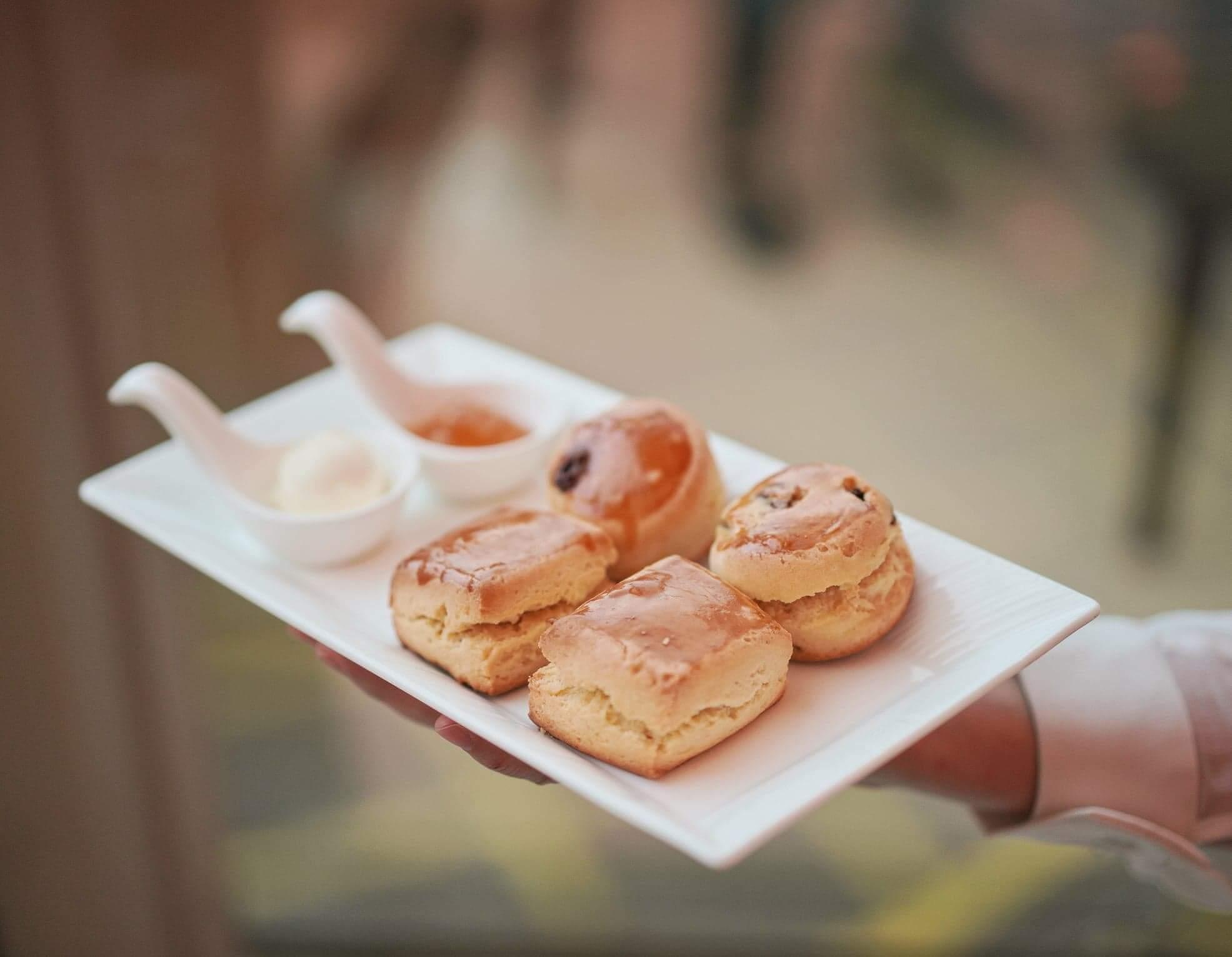 經典鬆餅及提子鬆餅配自家柑橘醬及忌廉