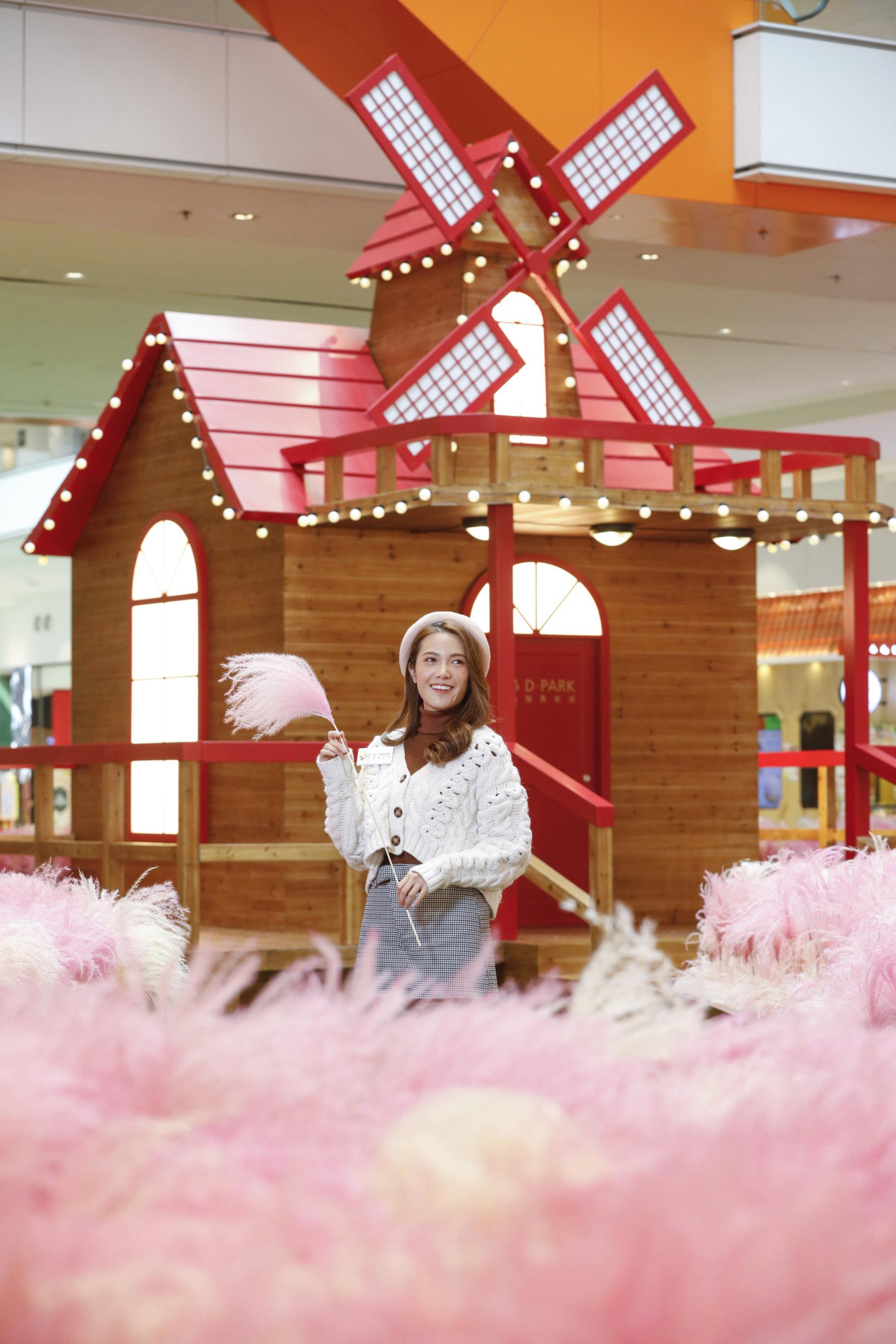 南投縣常見的歐式風車小木屋,亦搬到了「粉紅芒草園」!