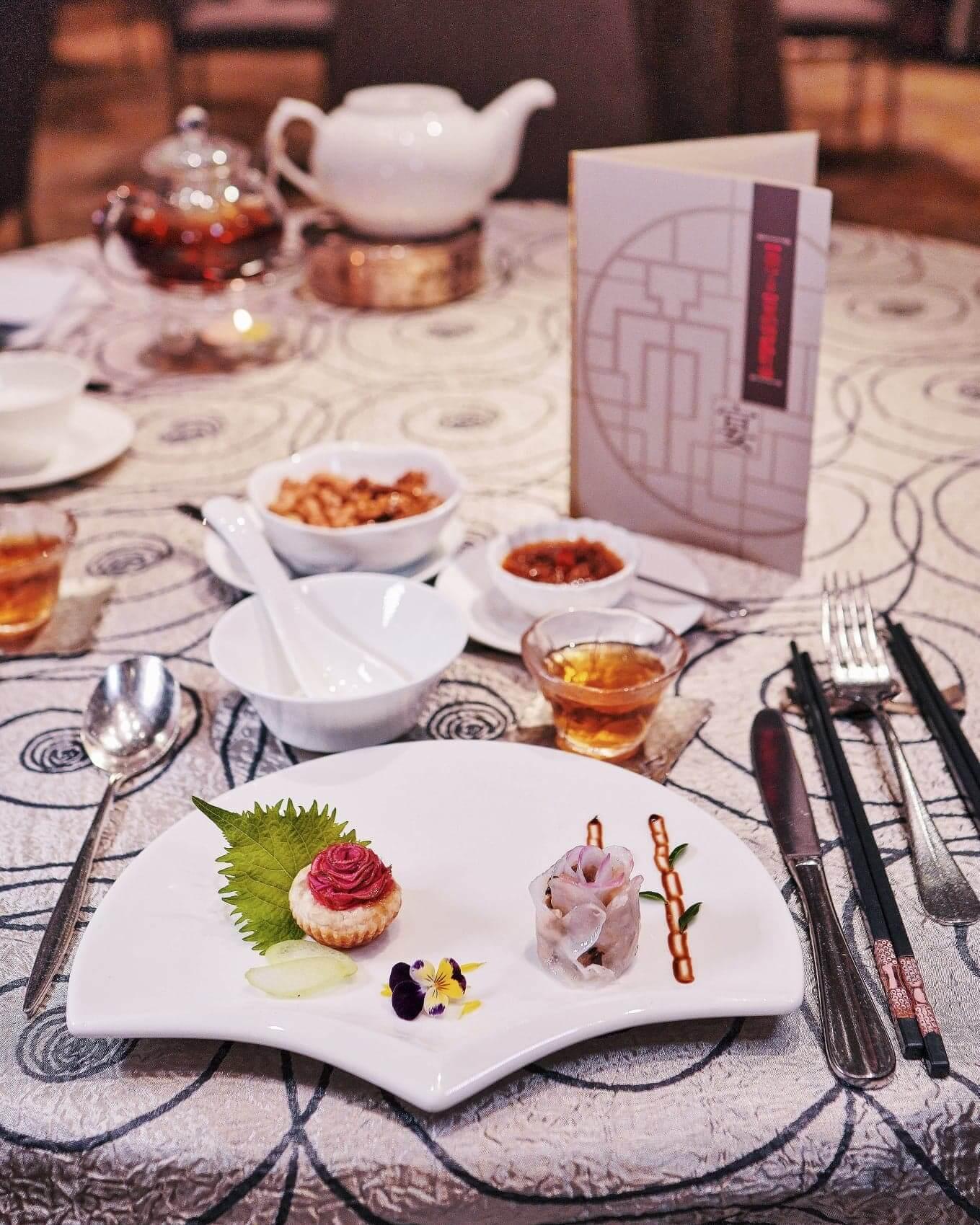 以作品《紅玫瑰與白玫瑰》創作嘅紅影金酥.瑰麗花餃。
