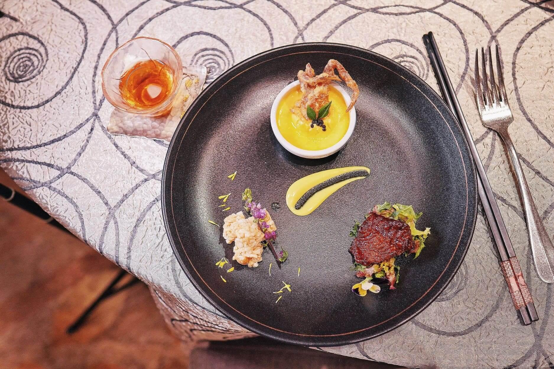 由煙燻鯧魚、蟹茶碗蒸及爆玉米花組成精緻菜餚。