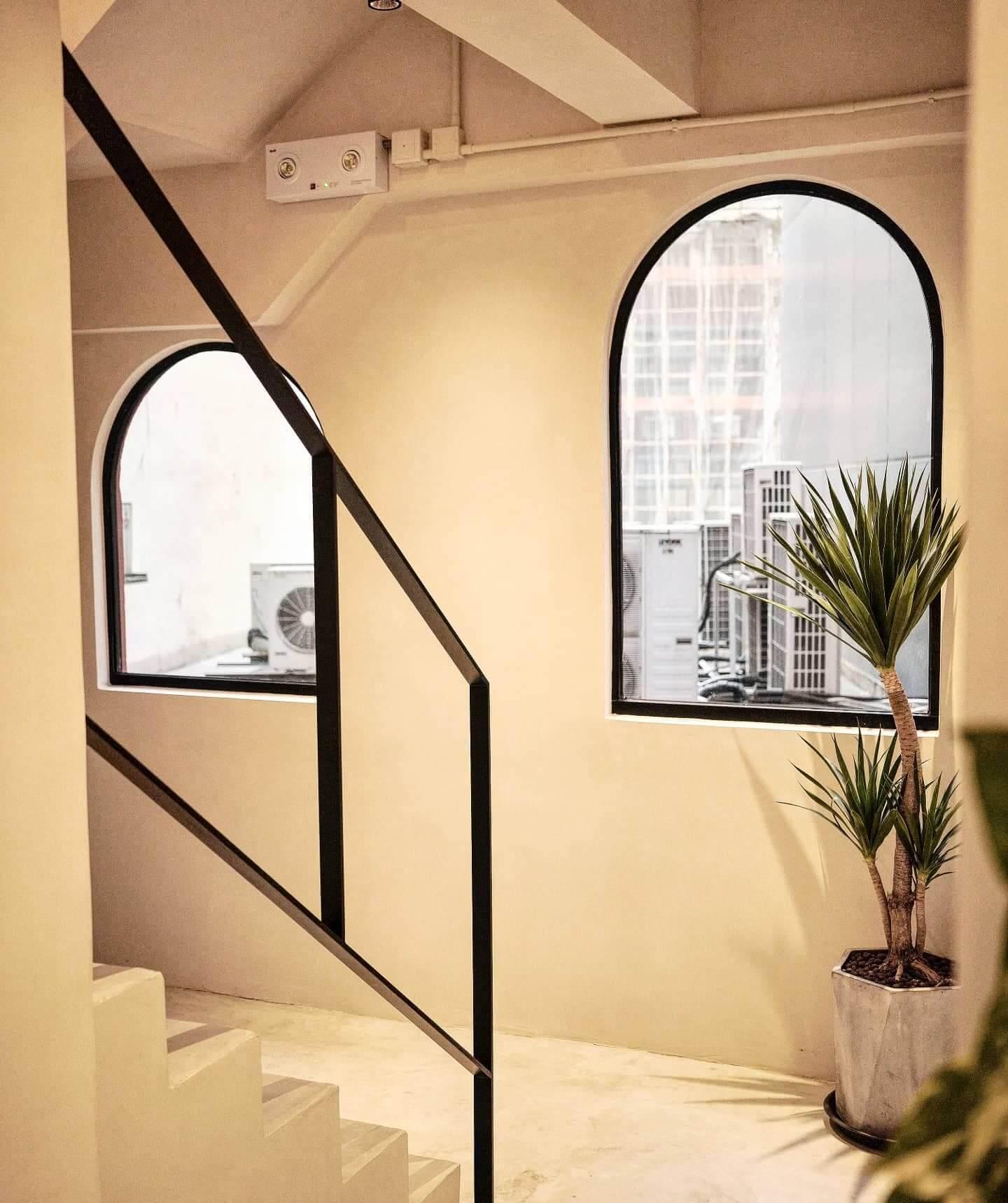 白拱形門、各式觀葉植物、磚牆、孤形置物架,以及隱藏喺白牆嘅motto,每個細節都非常用心。