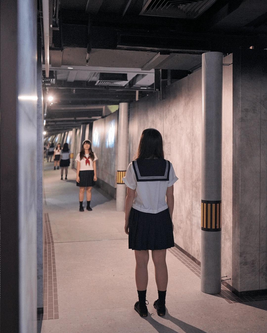 進入展廳,即可看無盡嘅十字路,牆上播放《十字路口的美少年》動畫,更添奇異氛圍。