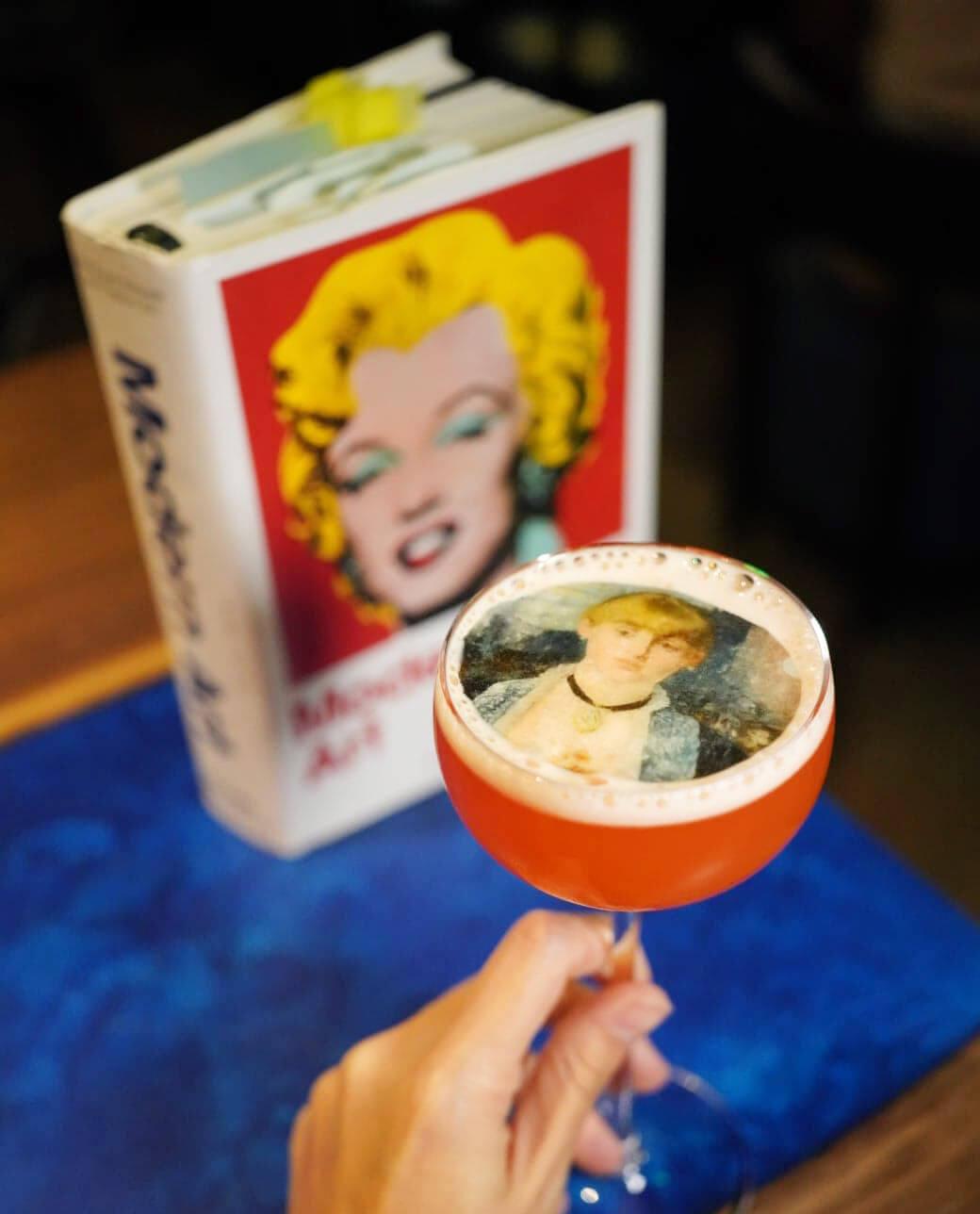 """Folies Lady""靈感取自名畫《A Bar at the Folies-Bergère》,由Hendrick's Gin+75 made麝香草+Lime Juice製成,香甜中帶香草嘅香氣,好易入口!"