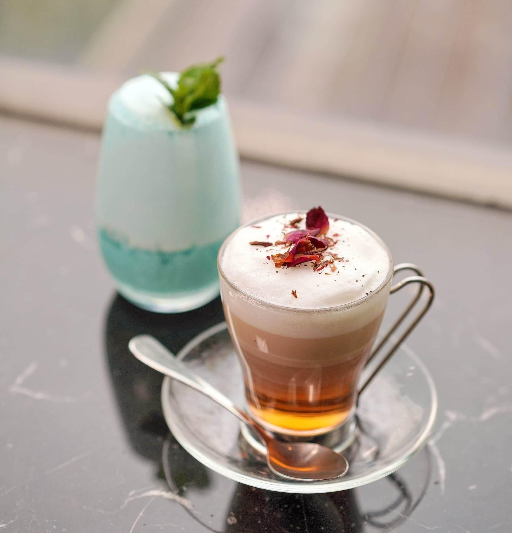 兩款特飲,左:Ocean Blue;右:White Tea Latte。
