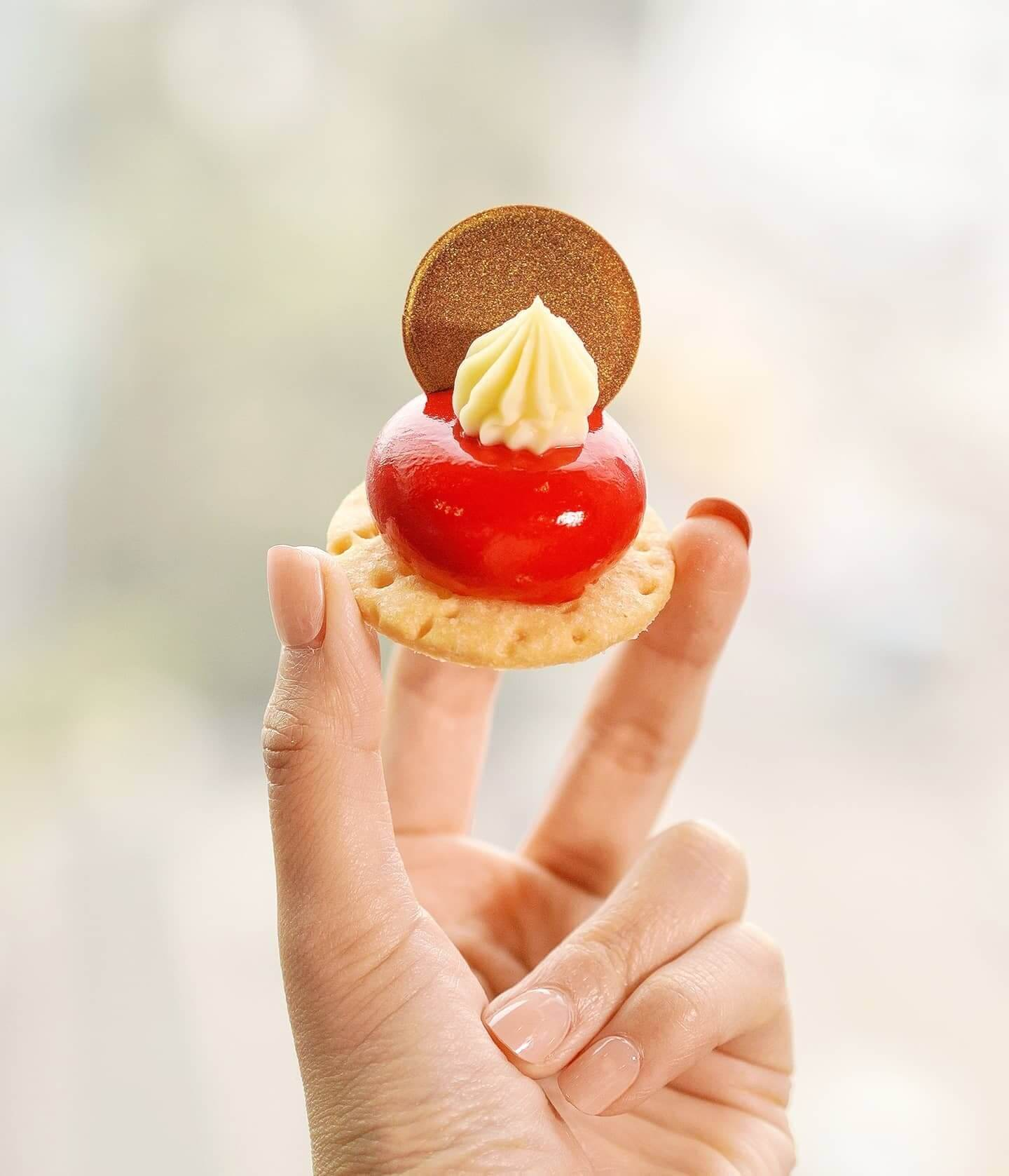草莓白朱古力慕絲蛋糕。