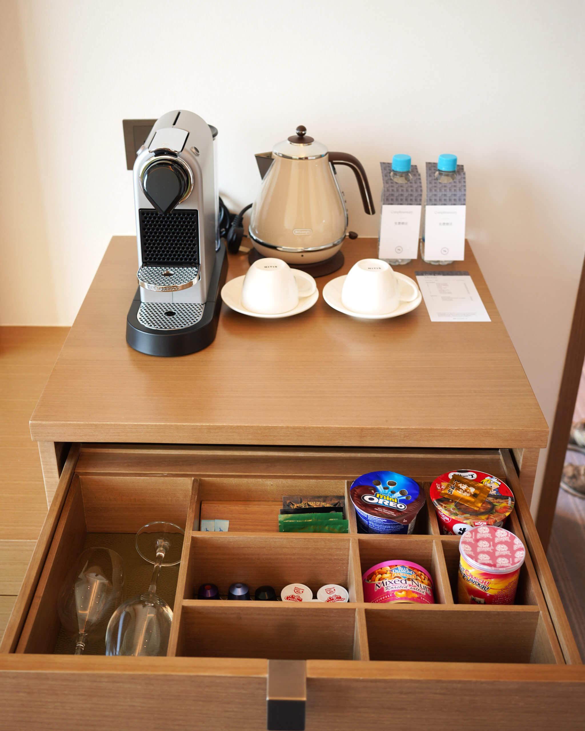 咖啡機、零食及餐具一應俱全。