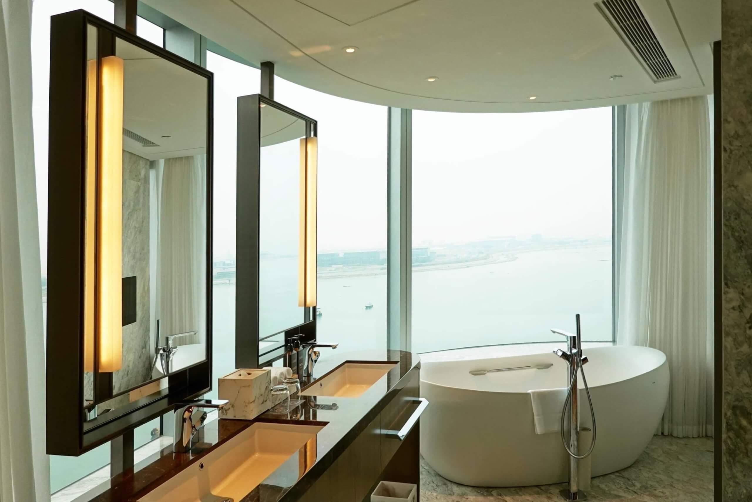 行政海景套房賣點係圓弧形落地大窗及特大浴缸!