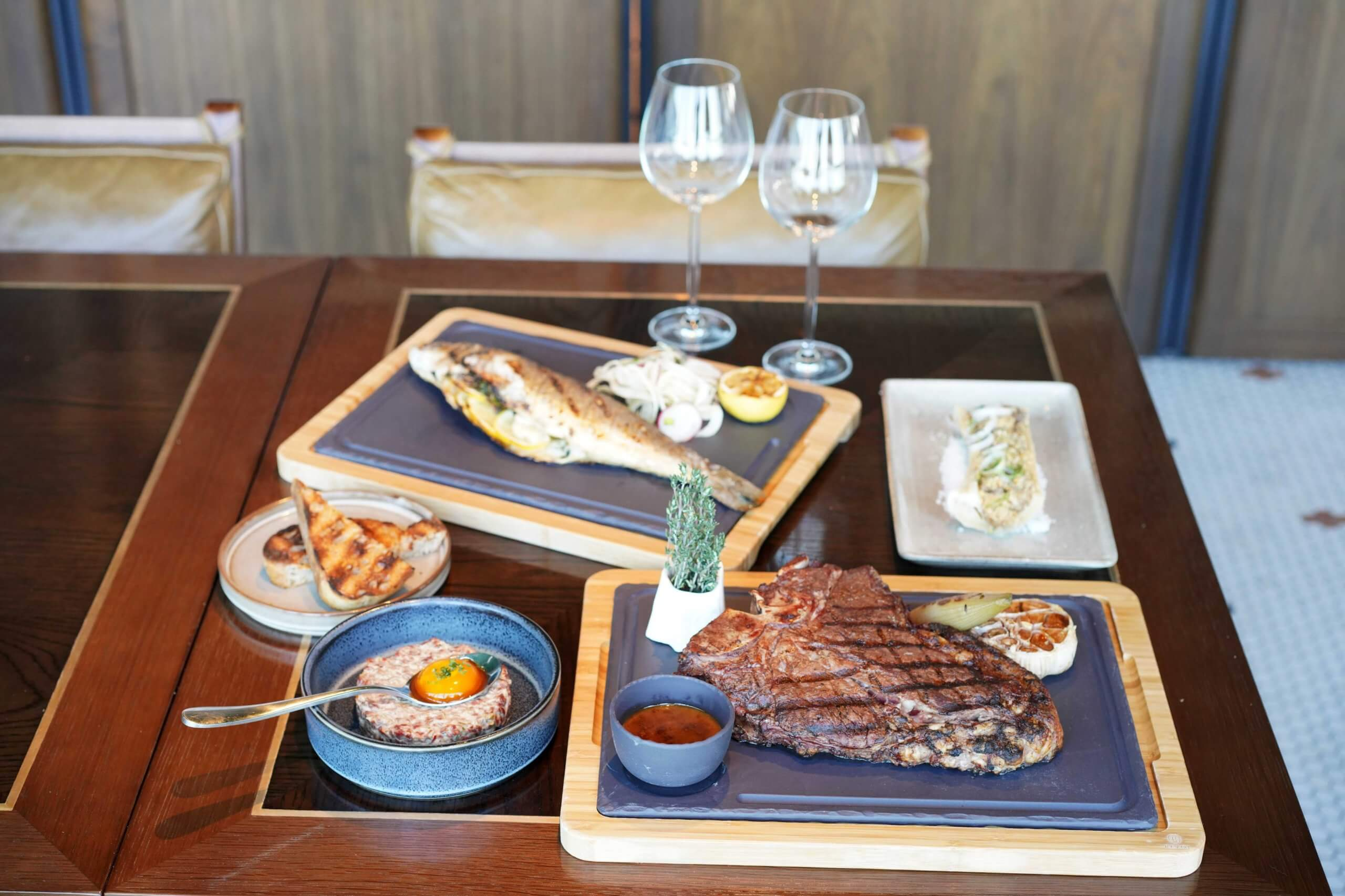 餐廳室內區域為為扒房,主打一系列西班牙式炭火燒肉。