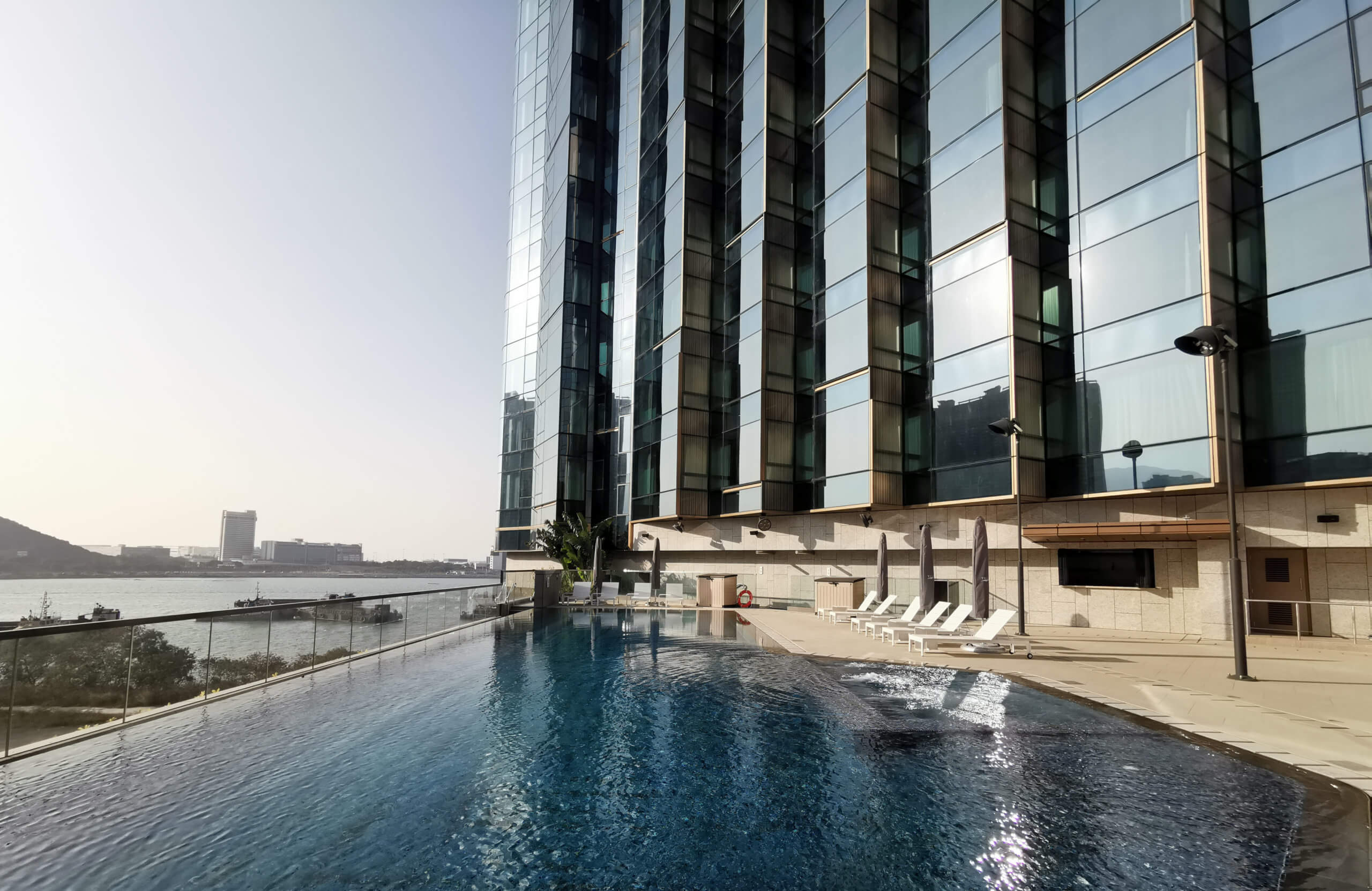 酒店嘅室外泳池,屬無邊際式設計嘅恆溫池。