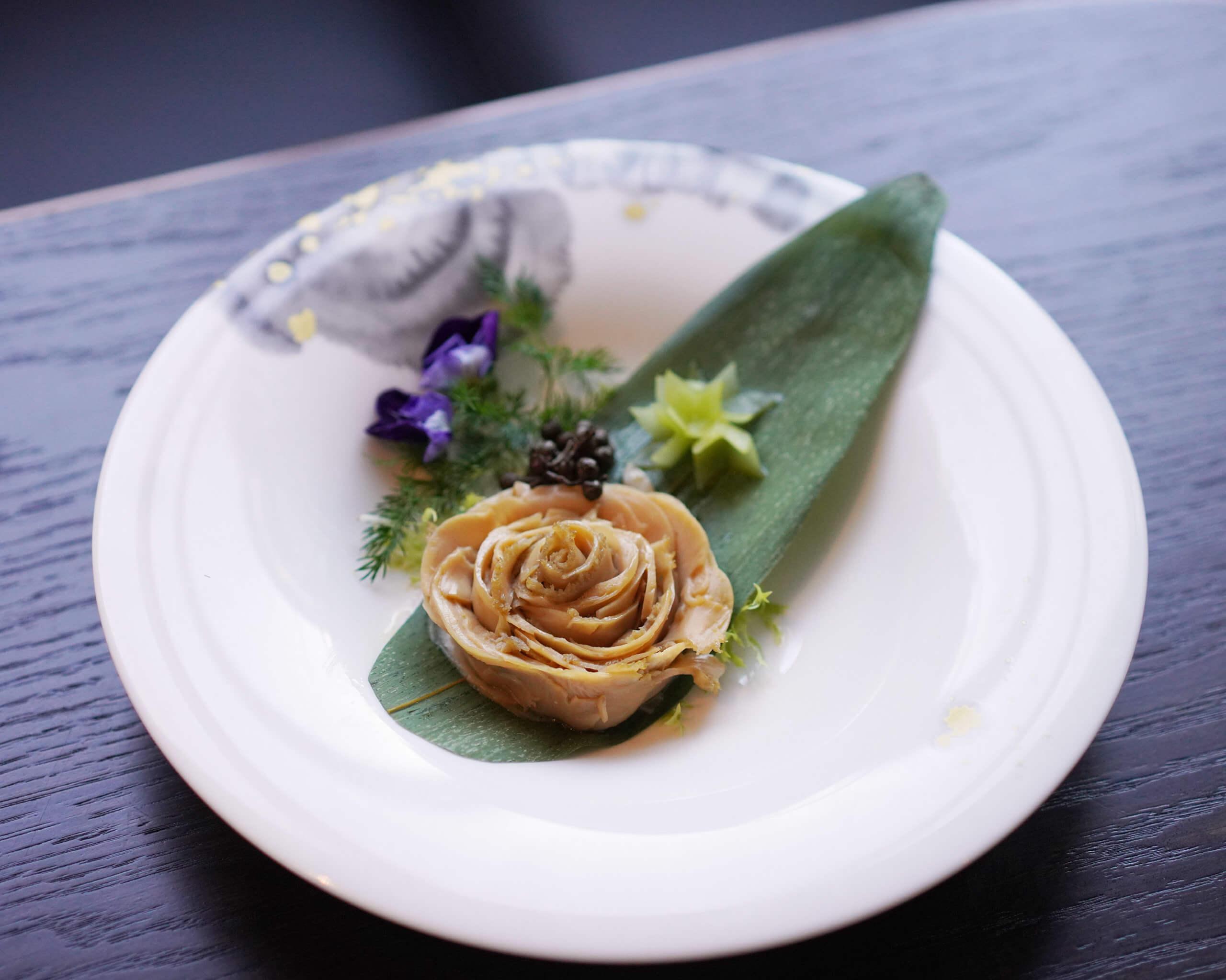川味玫瑰鮑片,原隻鮑魚切片,砌成花形。