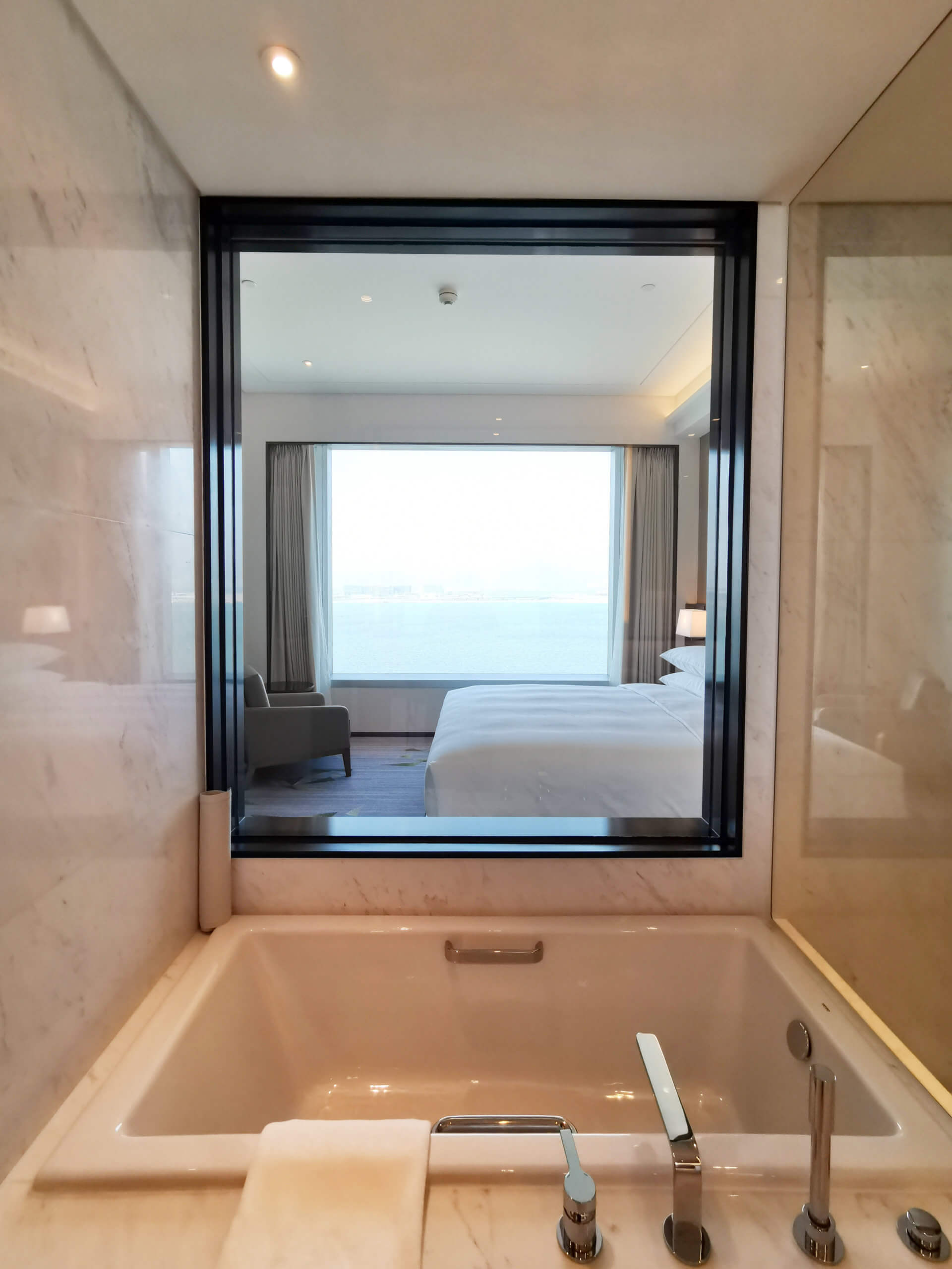 浴缸大窗都可望到海景!
