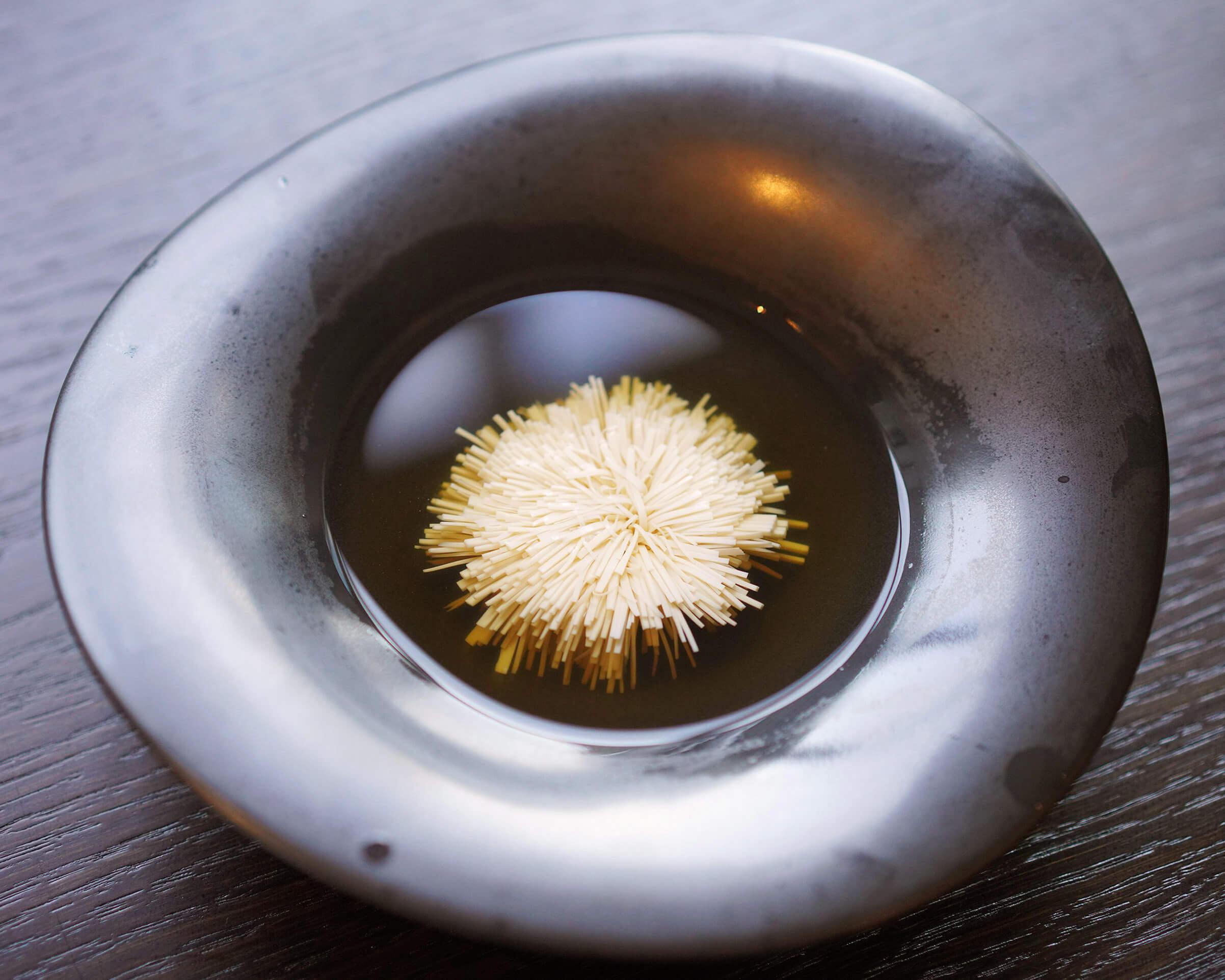 師傅必須快及準,先可以切出在湯中盛放嘅豆腐花。