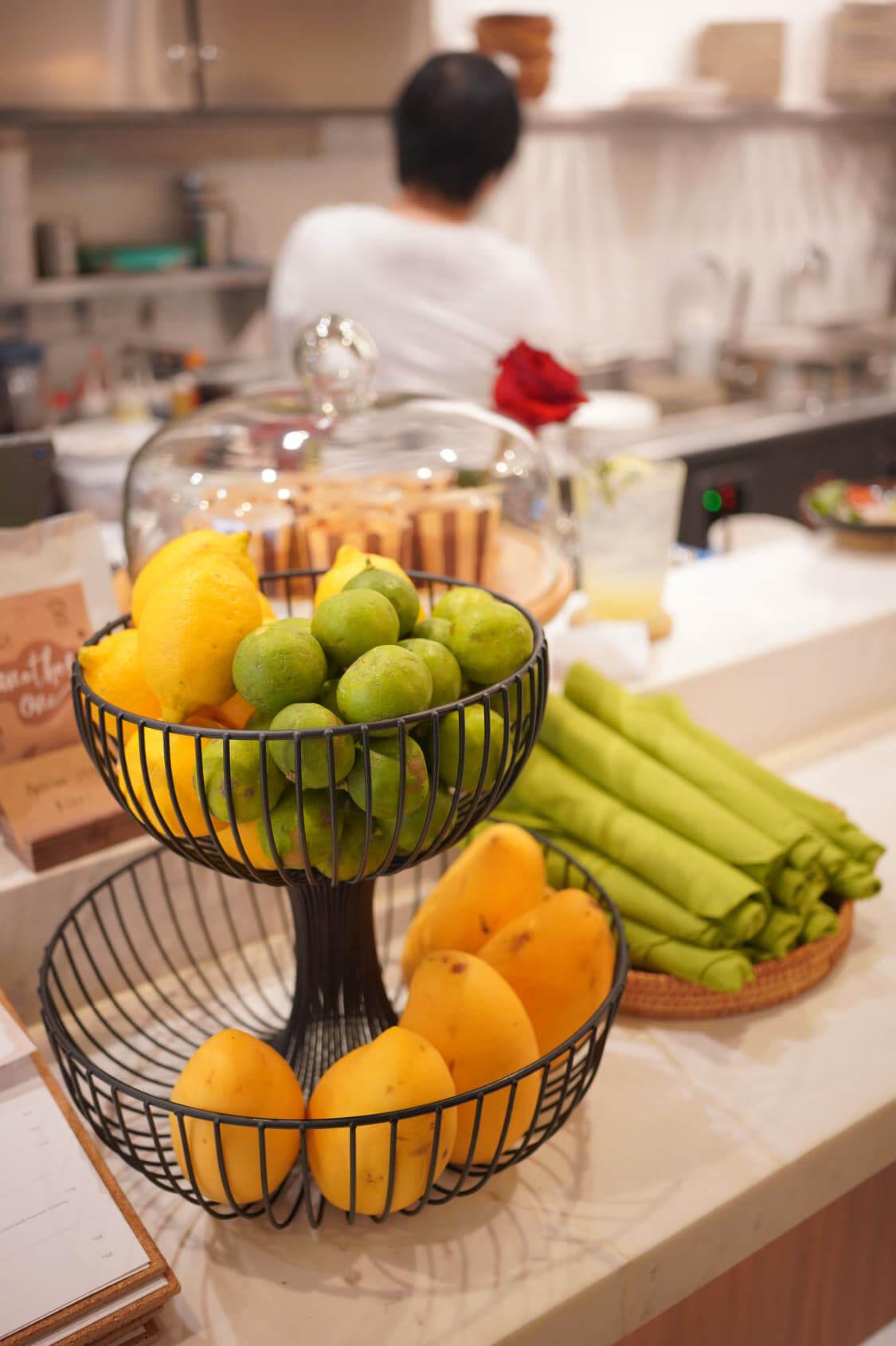 作為一間越法餐廳,店內放滿檸檬及青檸。