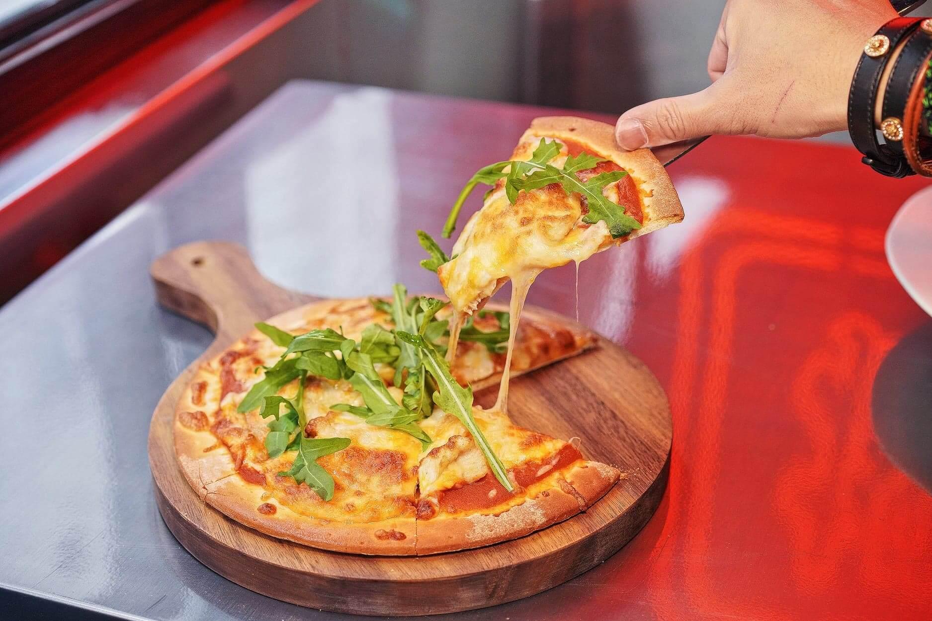 基地披薩嘅餅底好脆薄,芝士濃郁!