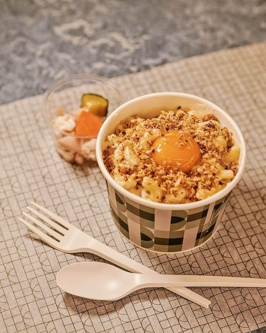 經典芝士通心粉以格呂耶爾白醬、莫澤雷勒芝士、蒜味麵包粒和蛋黃作主要材料。
