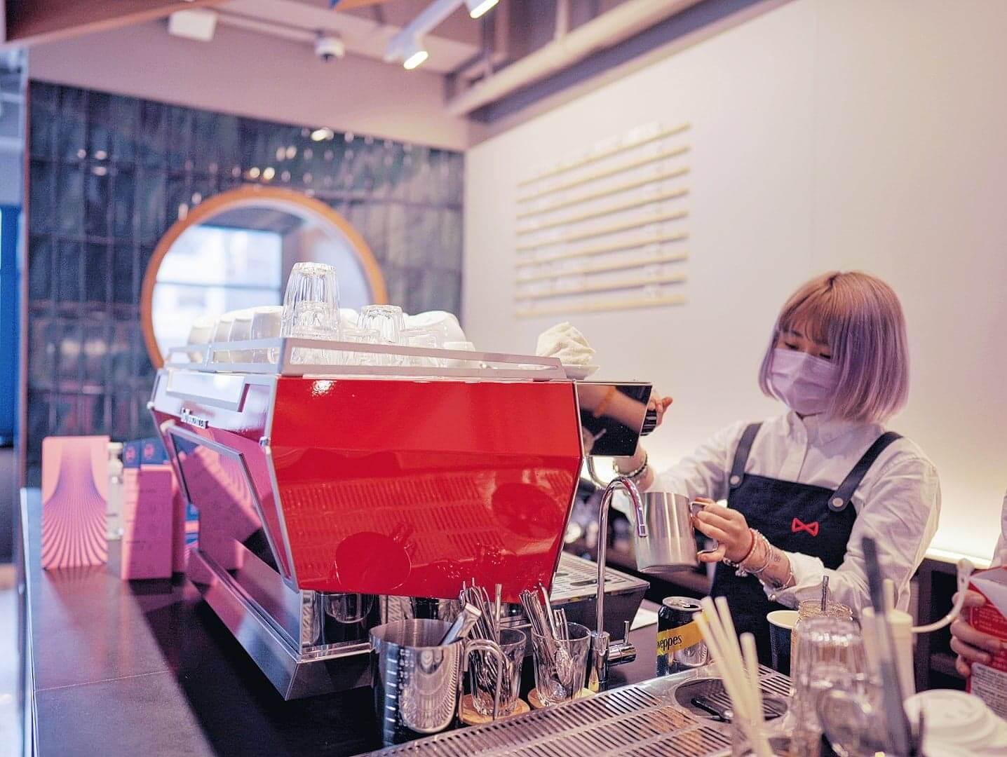 咖啡師都非常年輕,設計出一系列新穎口味飲品。