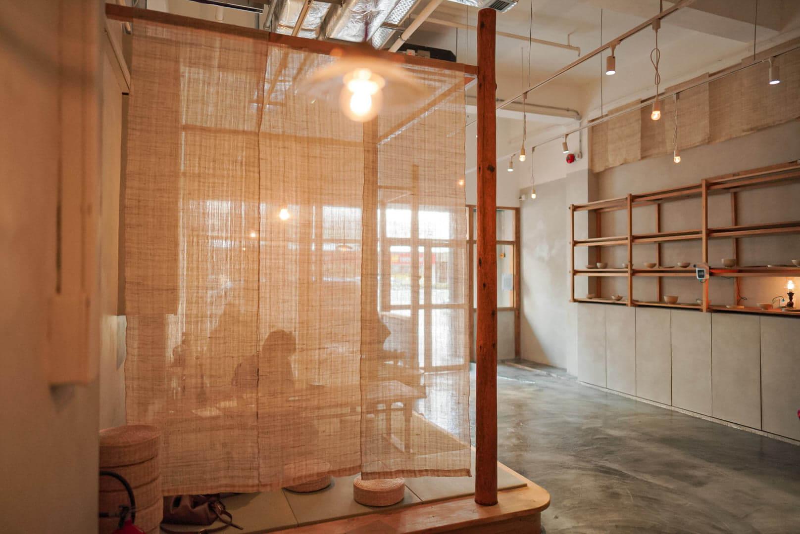 店子找來本地木匠單位「禾日三巷木工部」打造實木樑柱架,展現中日合壁嘅古典美。