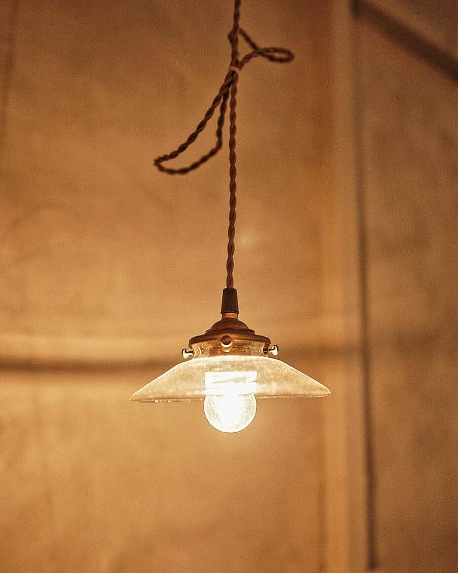 店子活用「陰翳」日本傳統美學觀念,燈泡亦呈現柔和纖弱嘅韻味。
