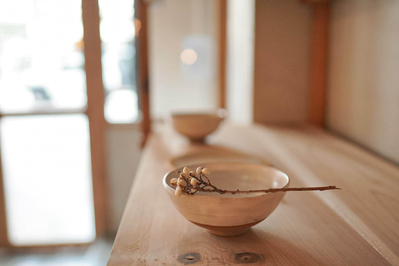 傳統日本料理陶瓷器皿,手感大都粗糙,卻帶樸實且溫暖嘅感覺。