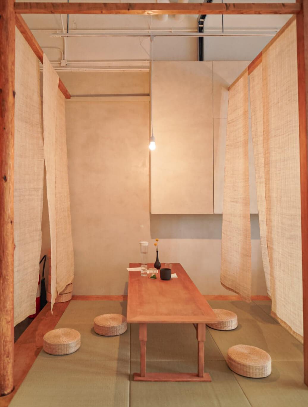 由「倒模工作」製作嘅水泥牆身,以及由「片藍造工房」處理嘅麻布屏風。