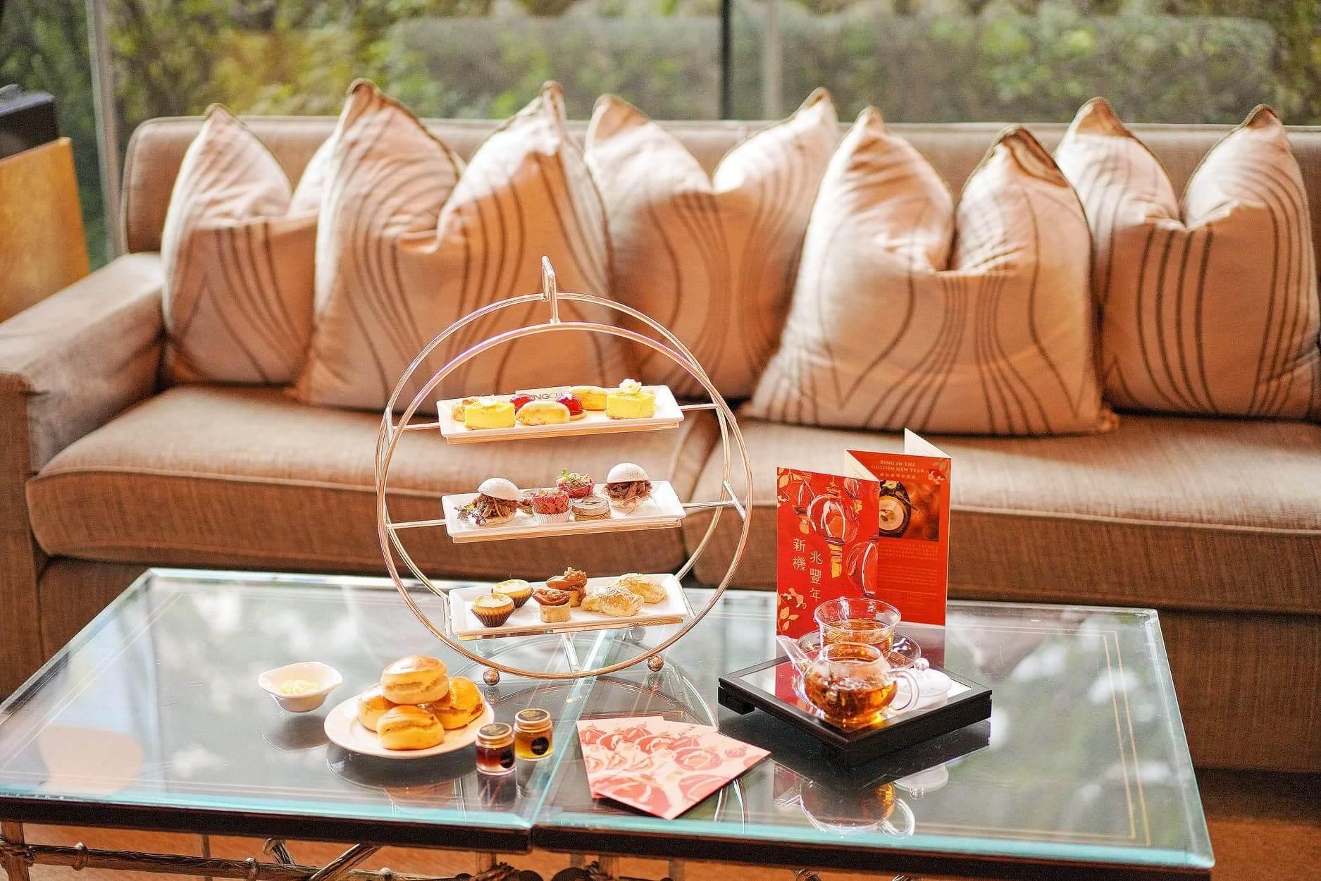下午茶嘅美點姒大紅及黃色為主調,充滿喜慶感。