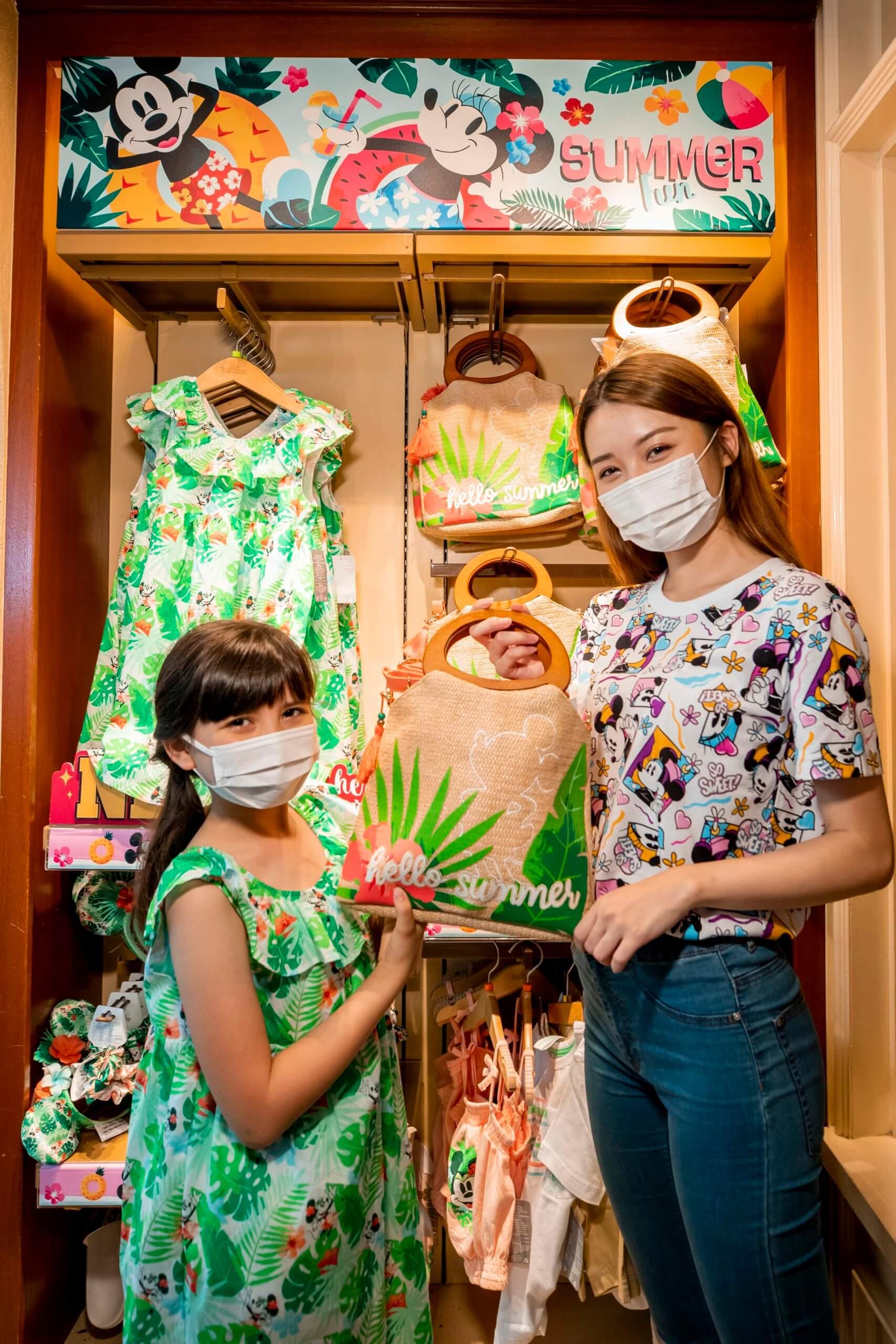 全新「Tropical Hideaway」系列洋溢綠意盎然嘅熱帶風情,有服裝、頭箍、家具擺設、拖鞋、頭飾等,比大家隨時Cool住過暑假。