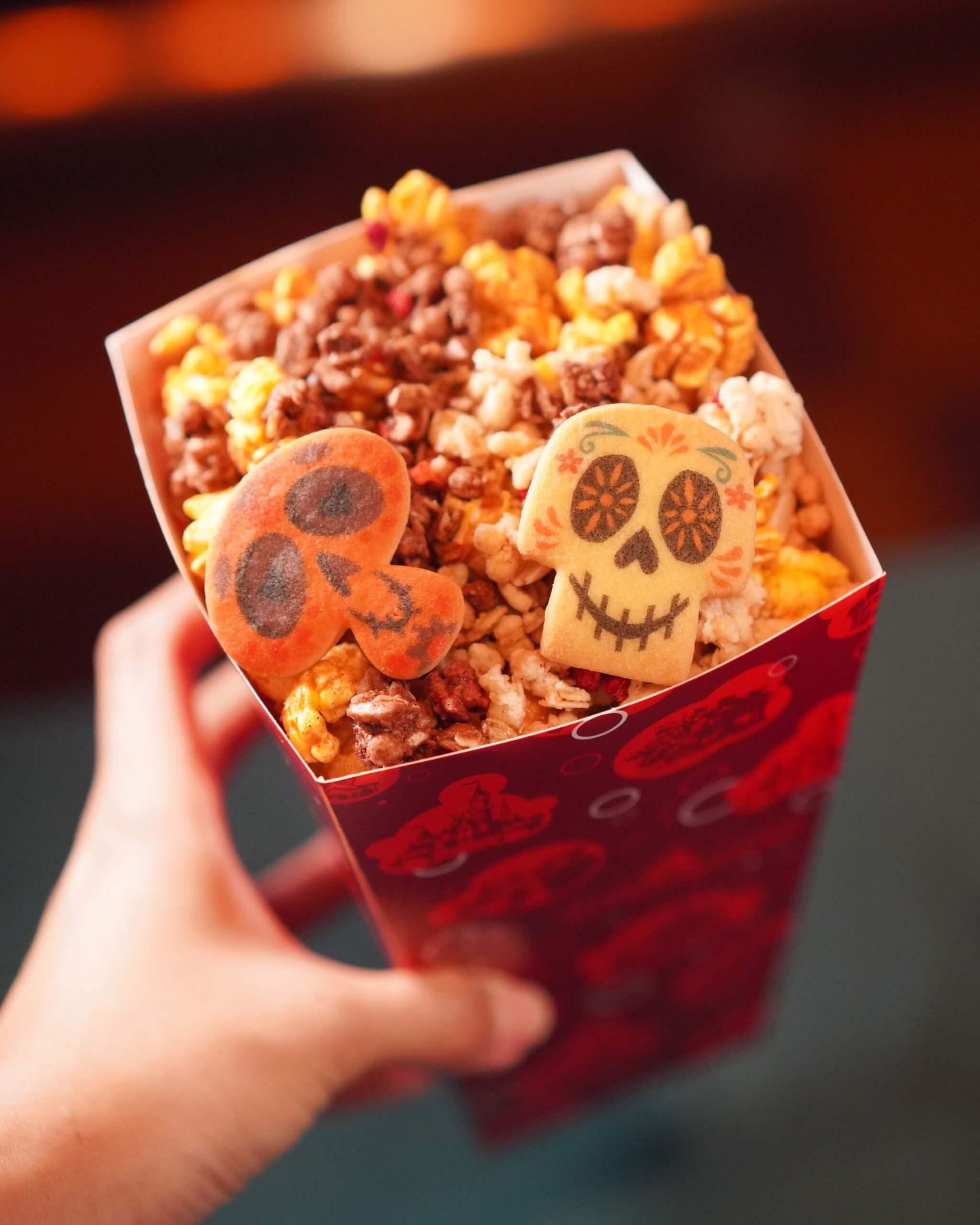 「曲奇爆谷」向《玩轉極樂園》致敬,爆谷中的骷髏面具造型曲奇好玩又好味。