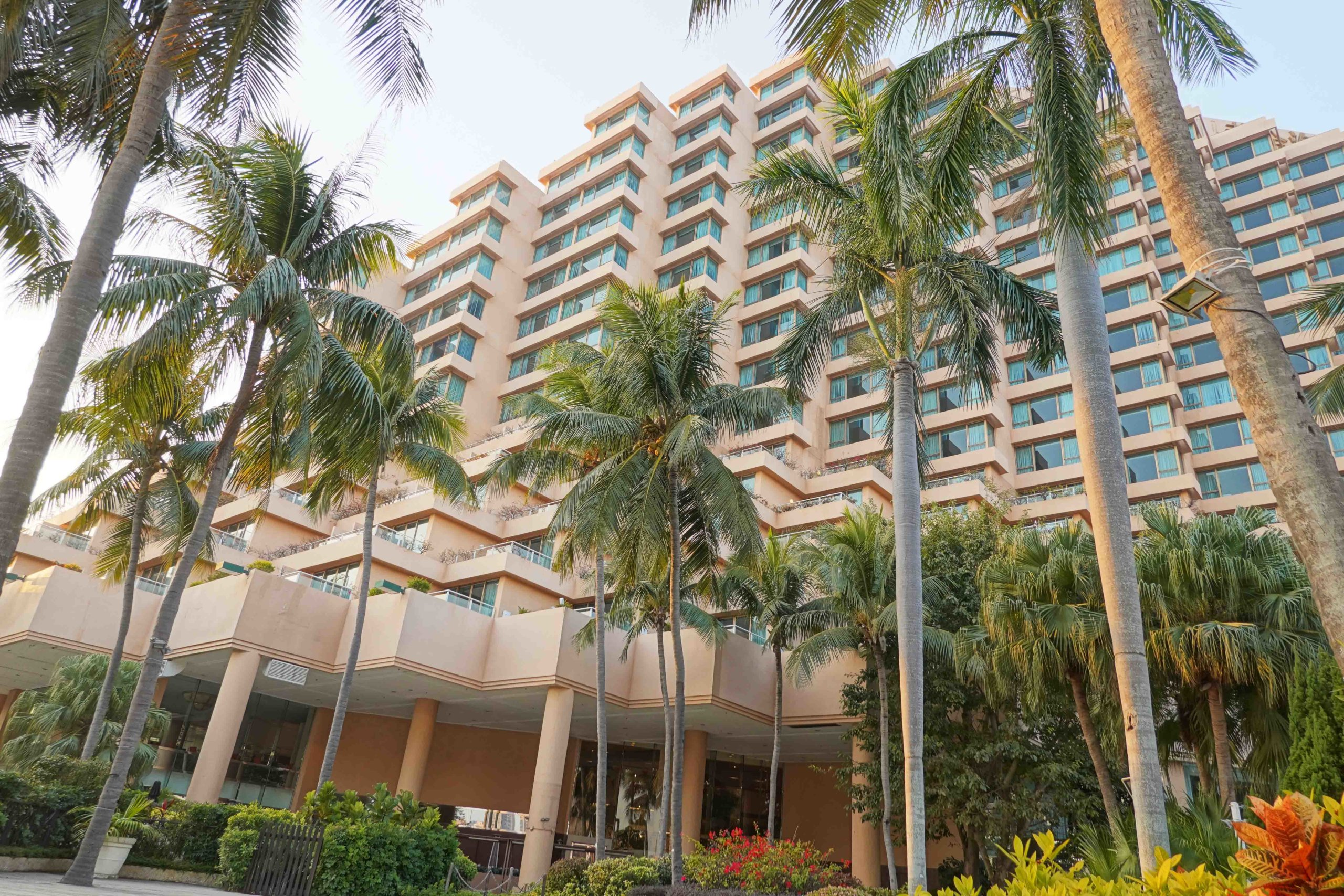充滿度假風嘅屯門黃金海岸酒店。