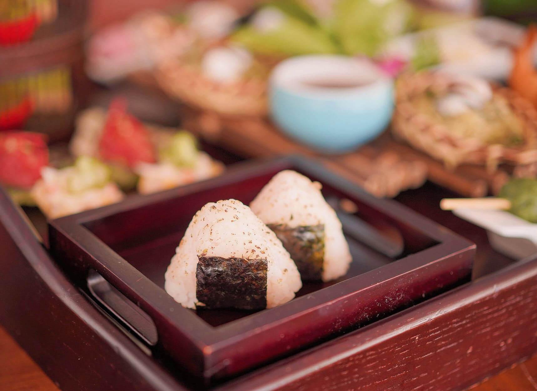 燒紫蘇葉飯糰配蝦籽