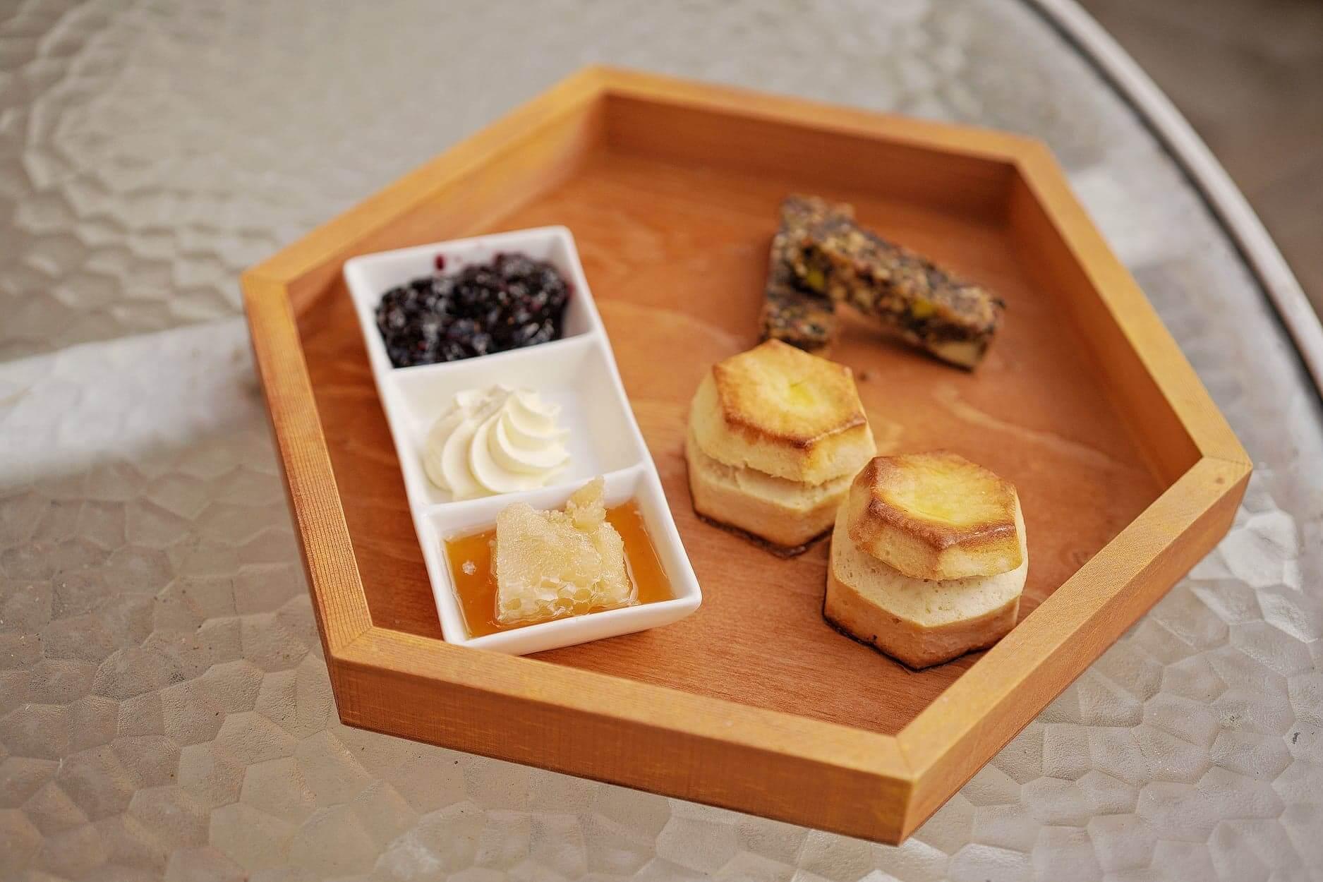 六角形鬆餅,其中一款醬係原件蜂巢!令人驚喜