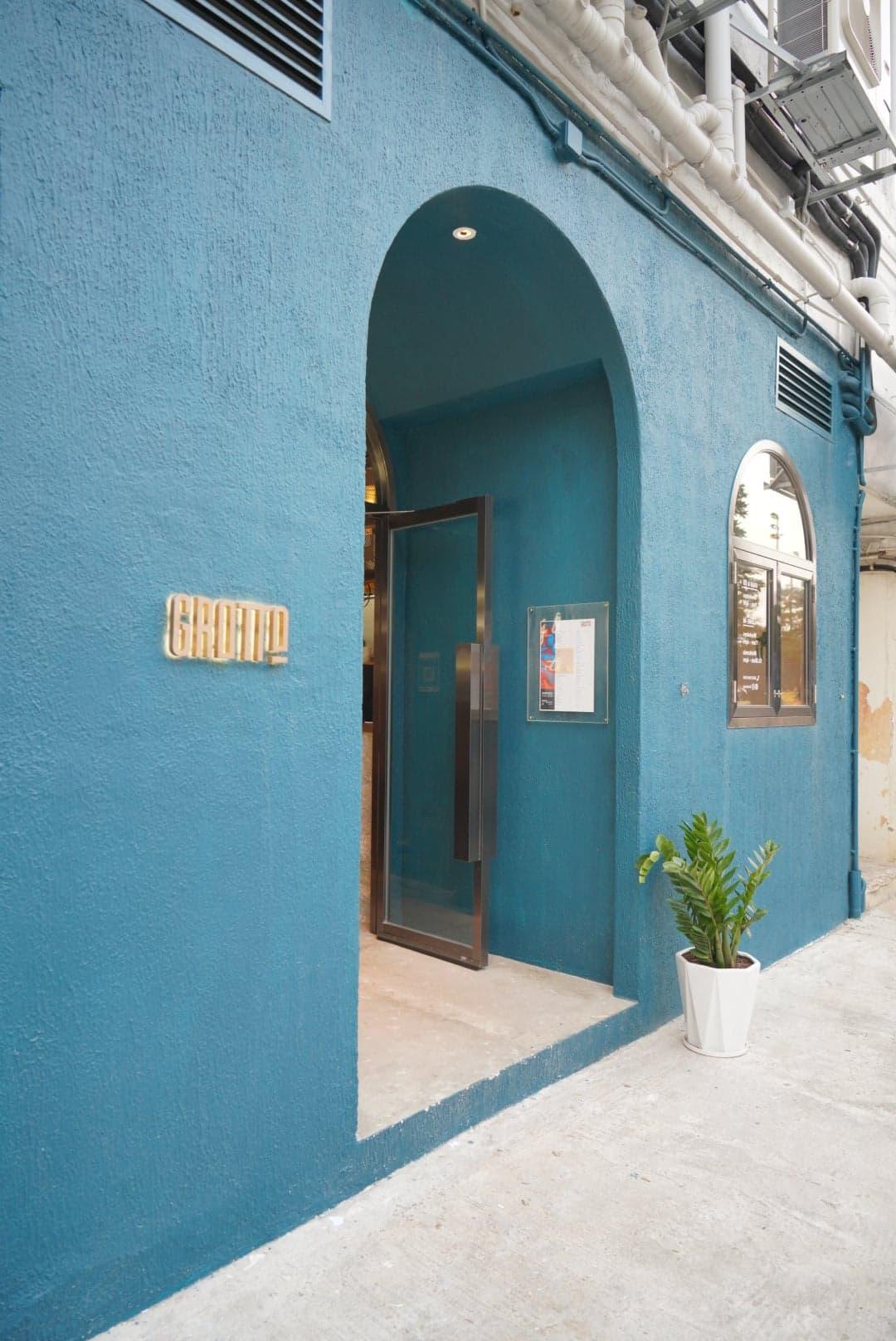 藍外牆加上盆栽植物,令人聯想起摩洛哥舍夫沙萬。