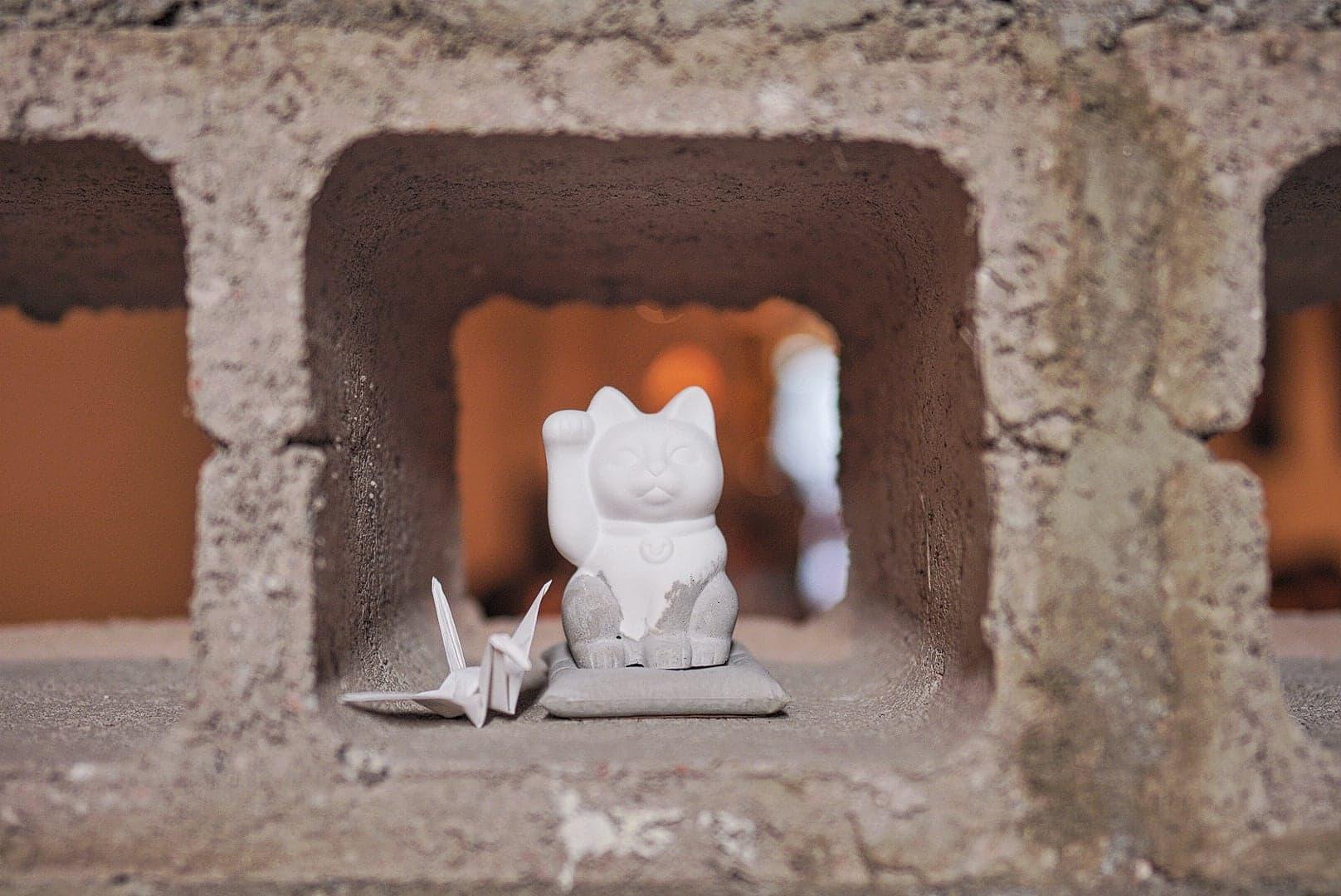在石磚牆可搵到「招財貓」彩蛋!