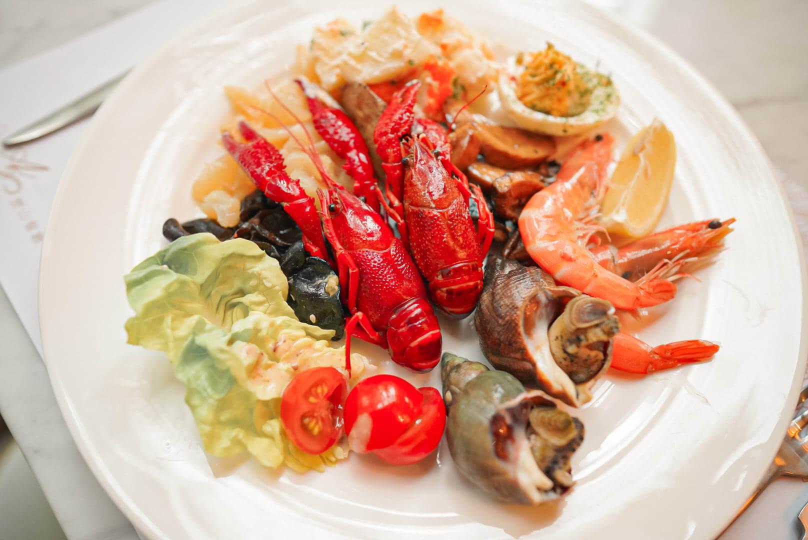 歷山酒店嘅假日自助午餐質素不錯,任食多款海鮮。