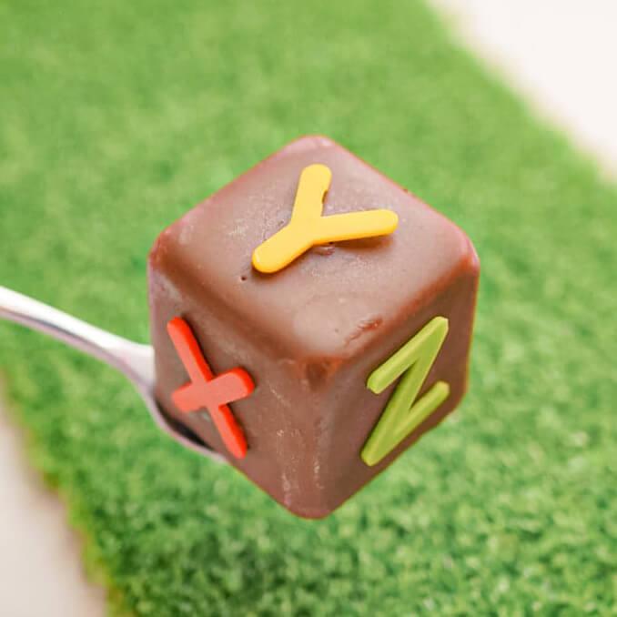 字母蛋糕磚。